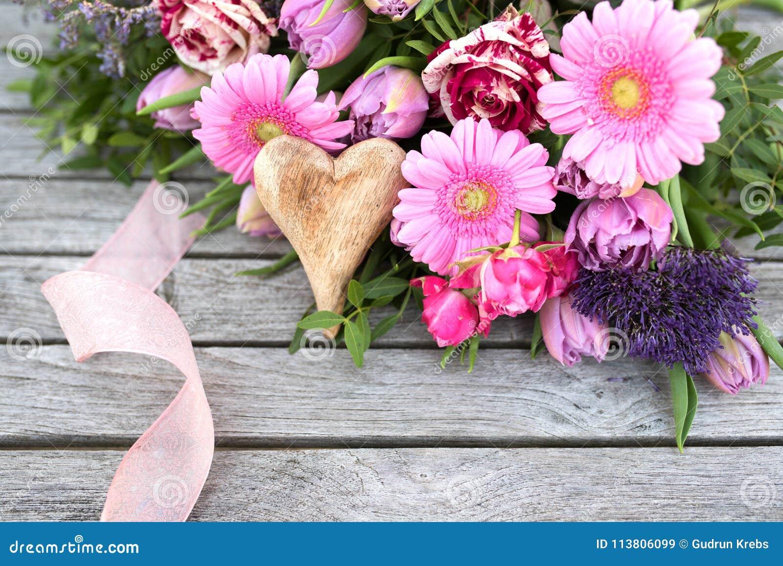 El Arreglo Floral Con La Primavera Florece Para El Día De
