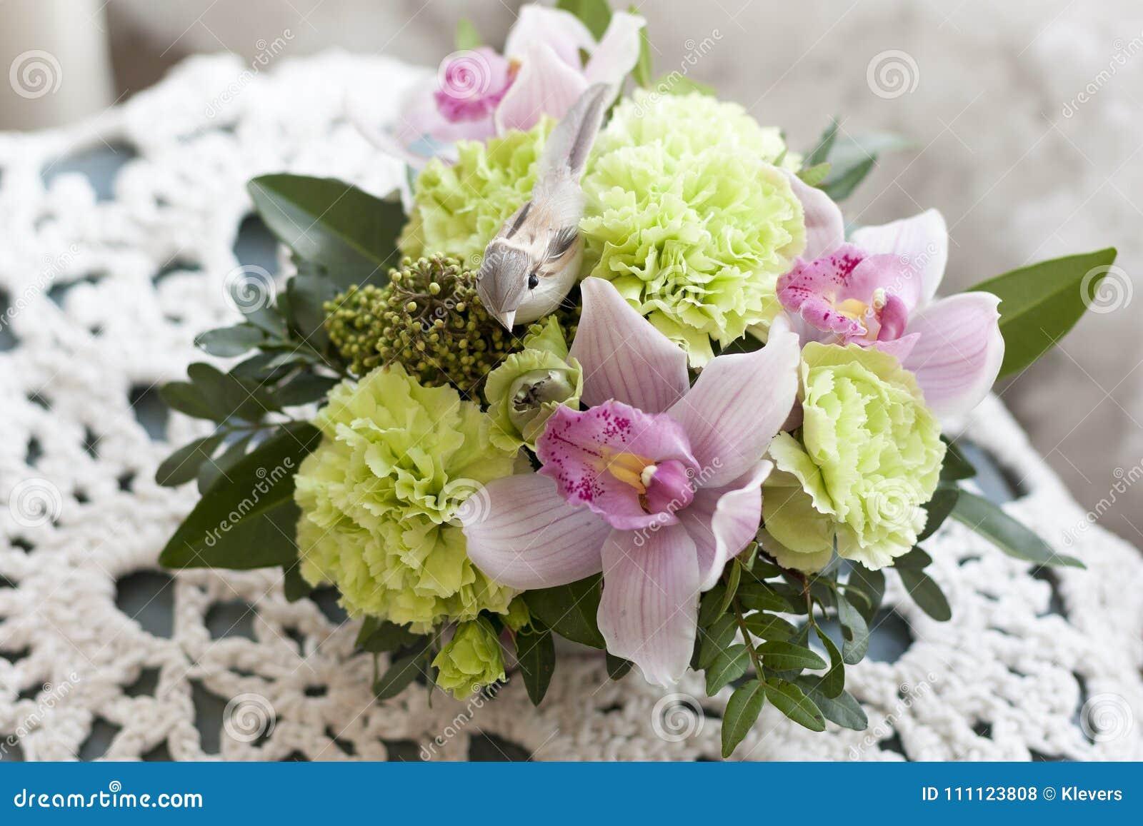 El Arreglo Floral Rosado Verde Con El Pájaro Decorativo Se