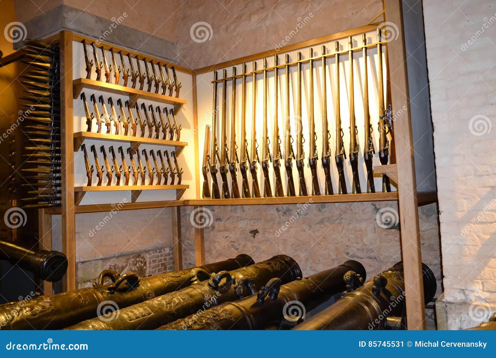 El arsenal en Inglaterra guarda con los rifles y los canones