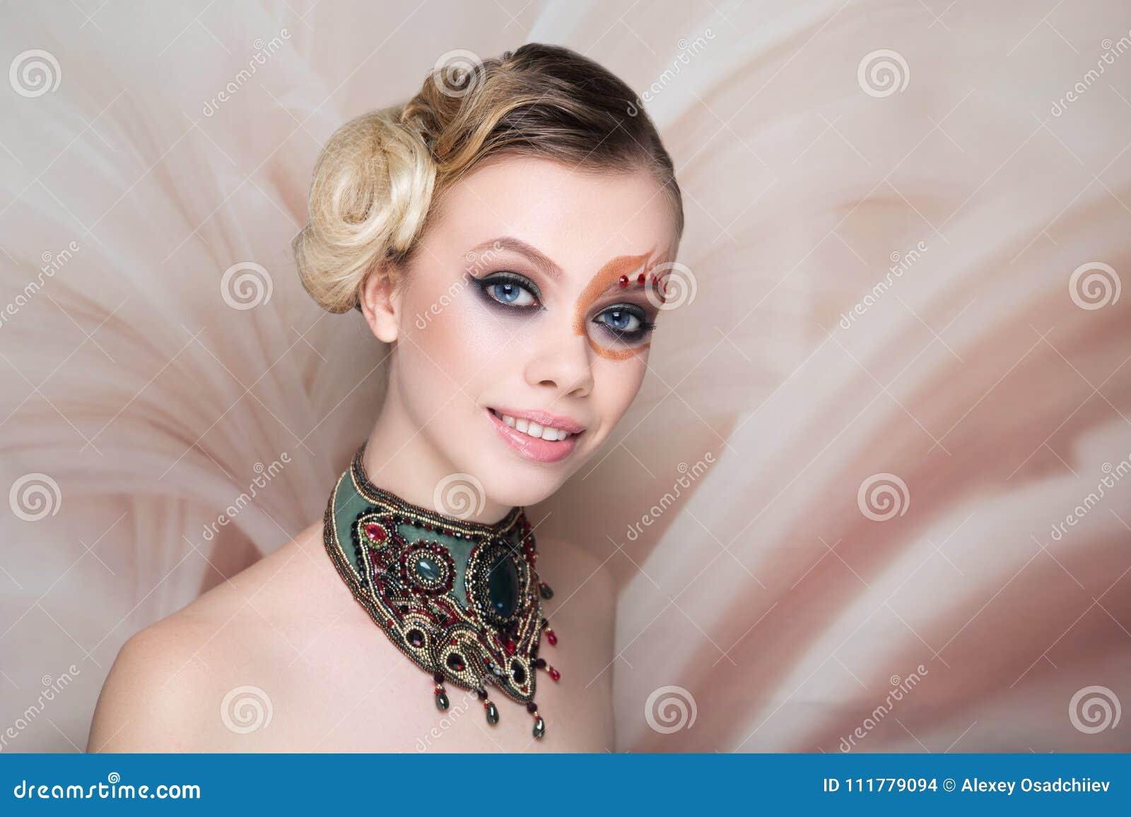 El arte de la cara de la belleza de la mujer compone