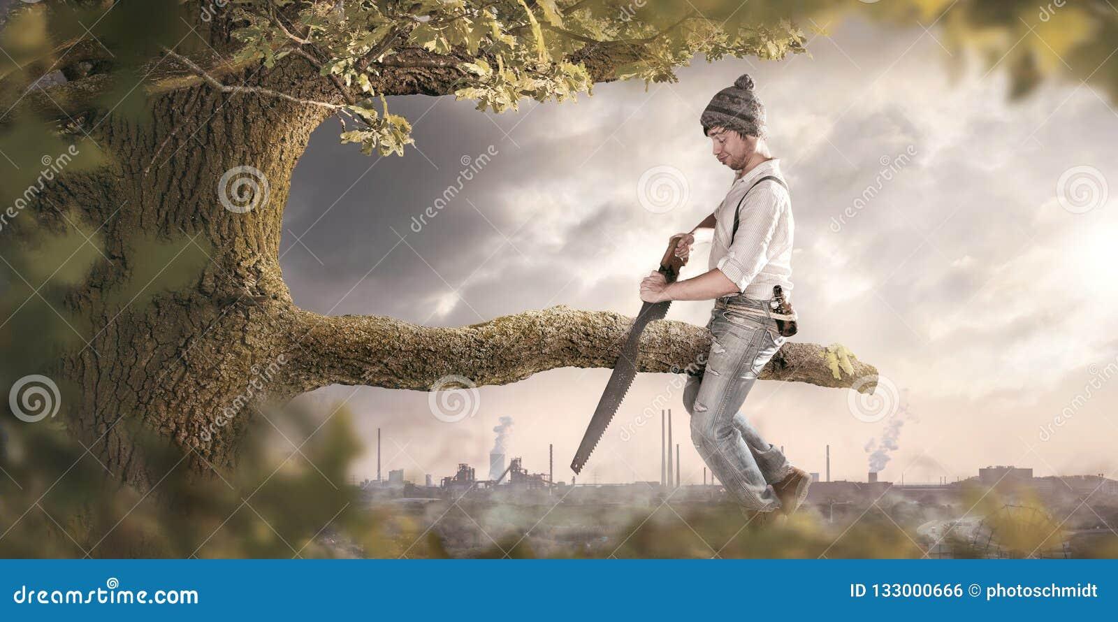 El aserrar de la rama usted se está sentando encendido