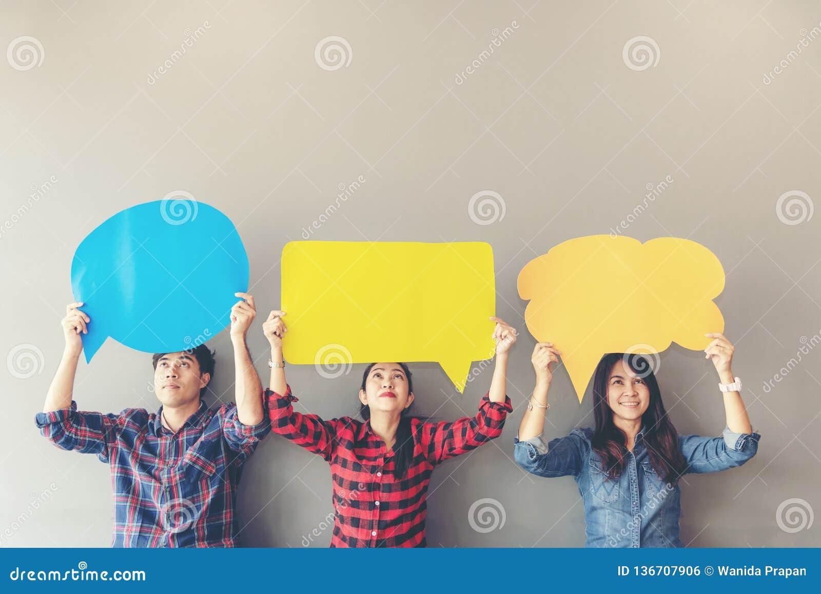El asiático de la gente de la gente joven y adulta examina el icono de la reacción del análisis de la evaluación