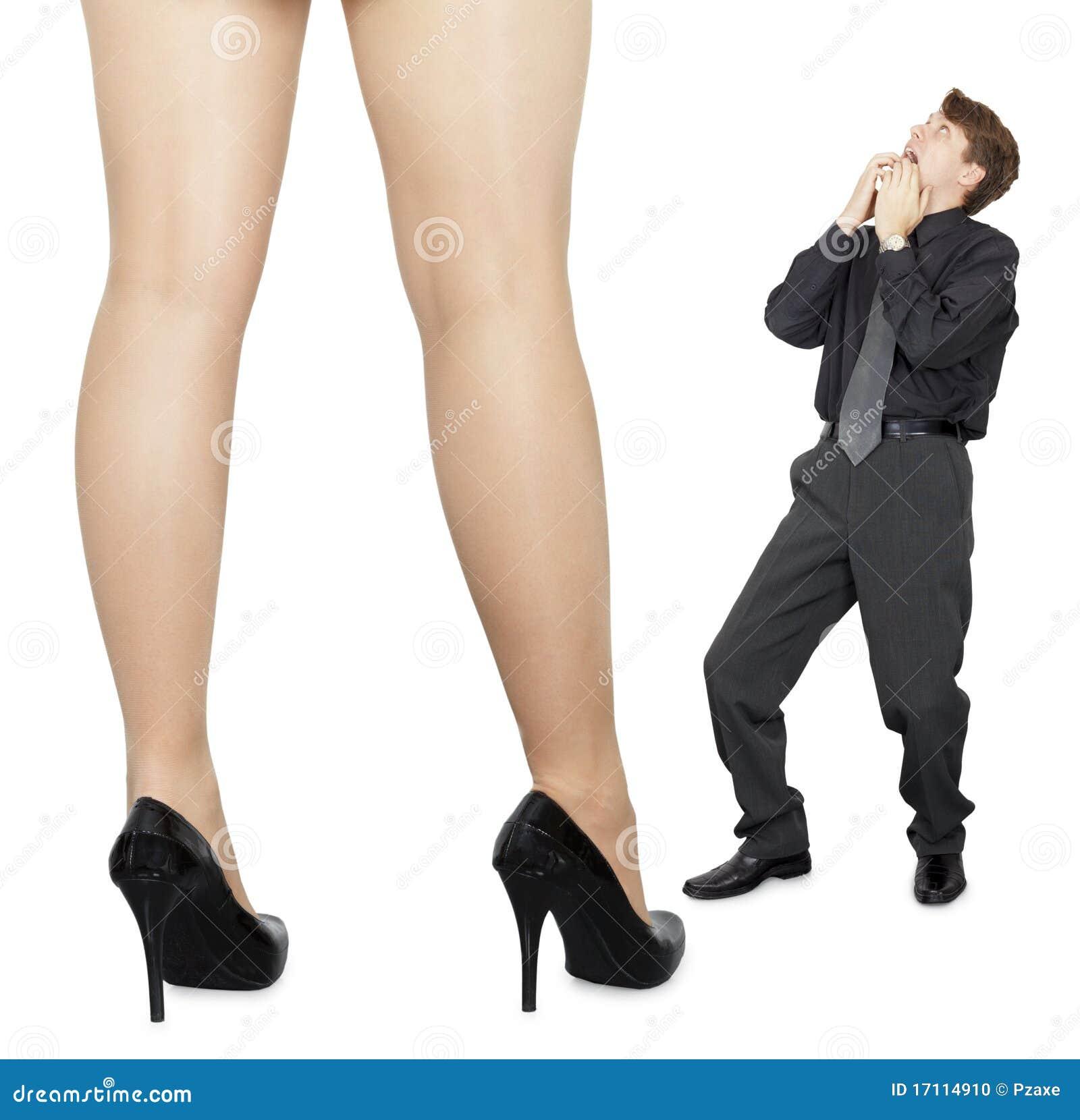 El aspecto de mujeres grandes da una sacudida eléctrica al pequeño hombre