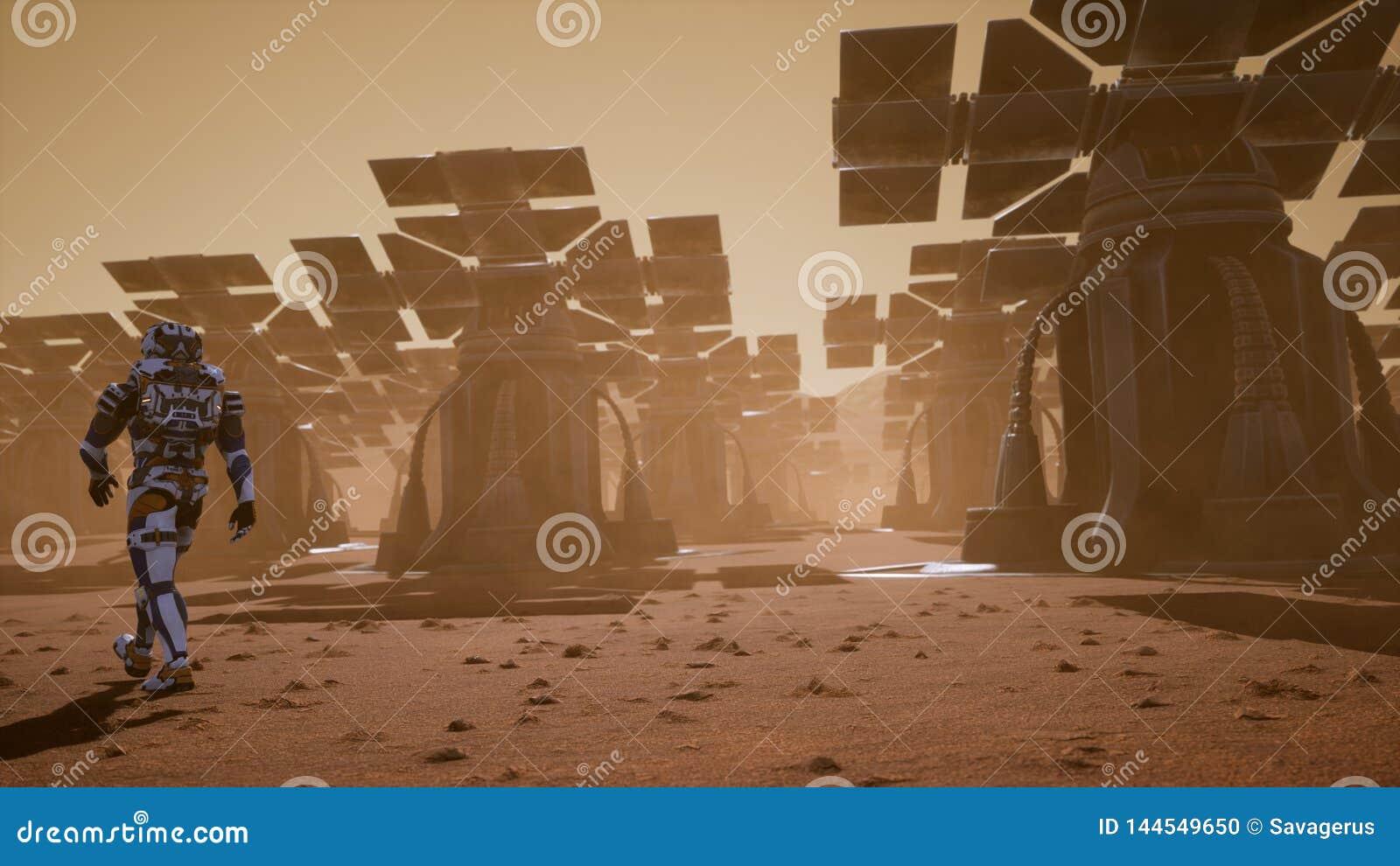 El astronauta pasa en la superficie de Marte a través de una tormenta del polvo más allá de los paneles solares gigantes Paisaje