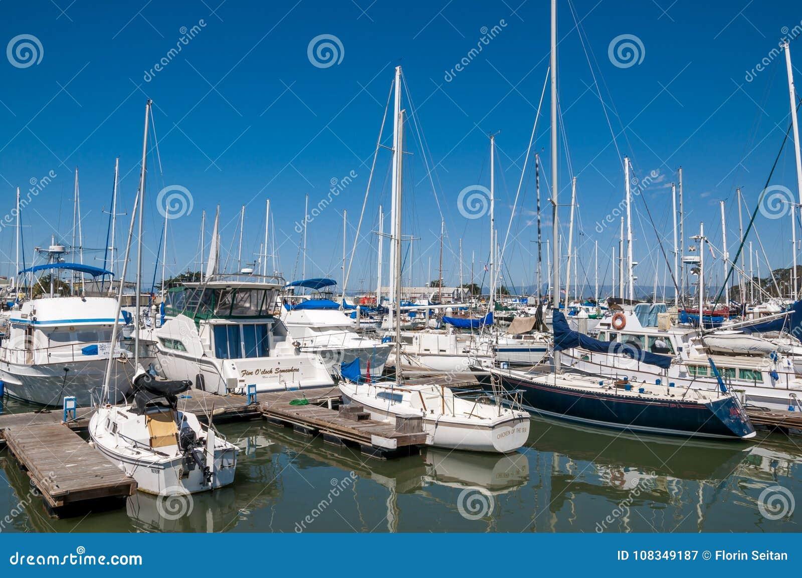 El ATERRIZAJE del MUSGO, CALIFORNIA - 9 de septiembre de 2015 - los barcos atracó en Moss Landing Harbor