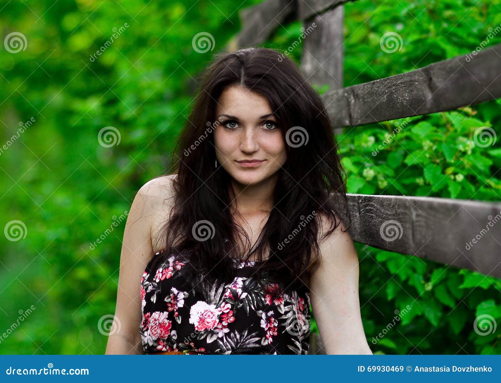 El aturdir hermoso, muchacha exquisita, linda con la cara perfecta, muchacha morena con el soporte del pelo oscuro cerca de la ce