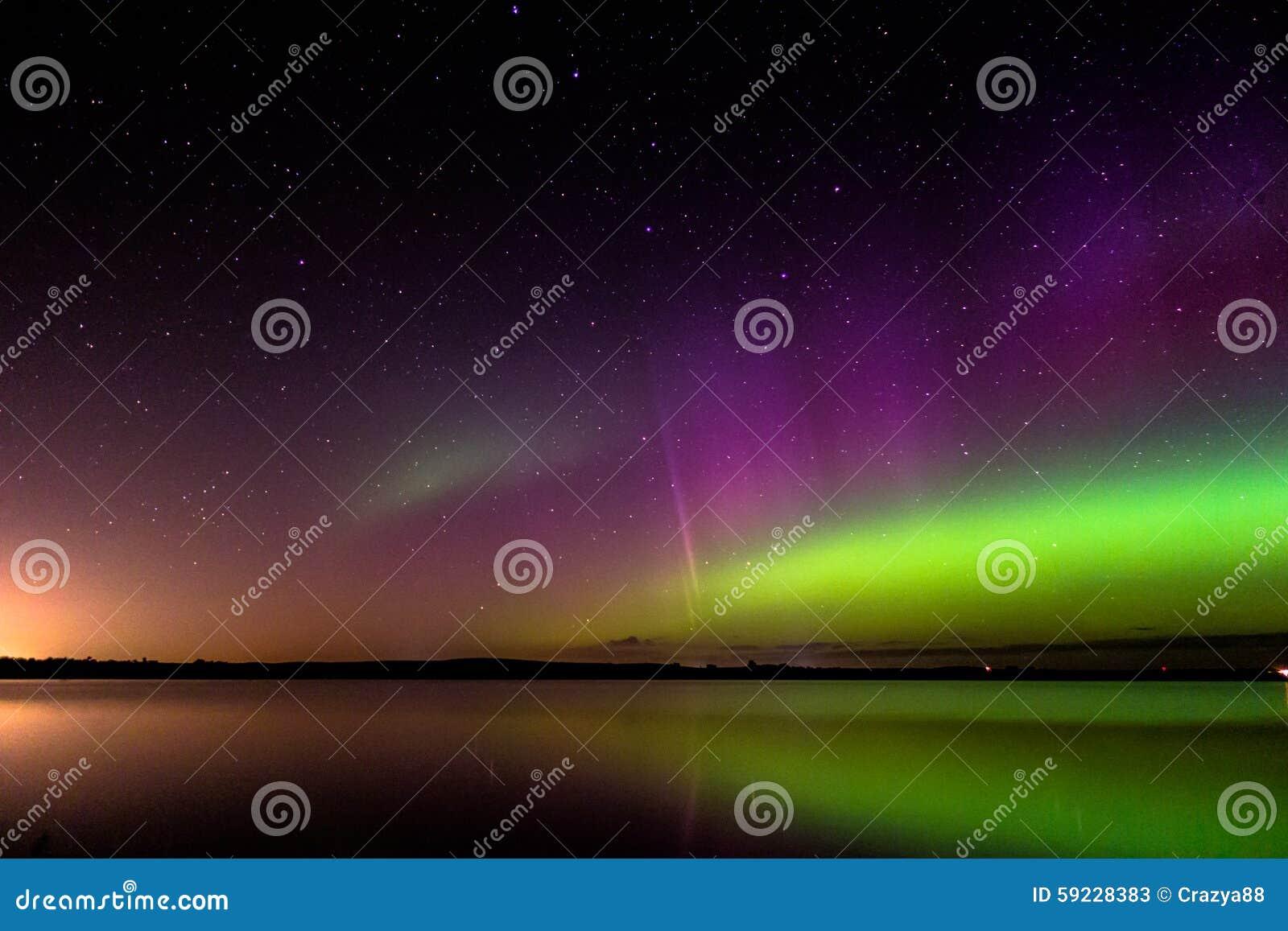 Download El Aurora Borealis Con El Arco Del Protón Reflejó Sobre Un Lago Imagen de archivo - Imagen de refugio, dakota: 59228383