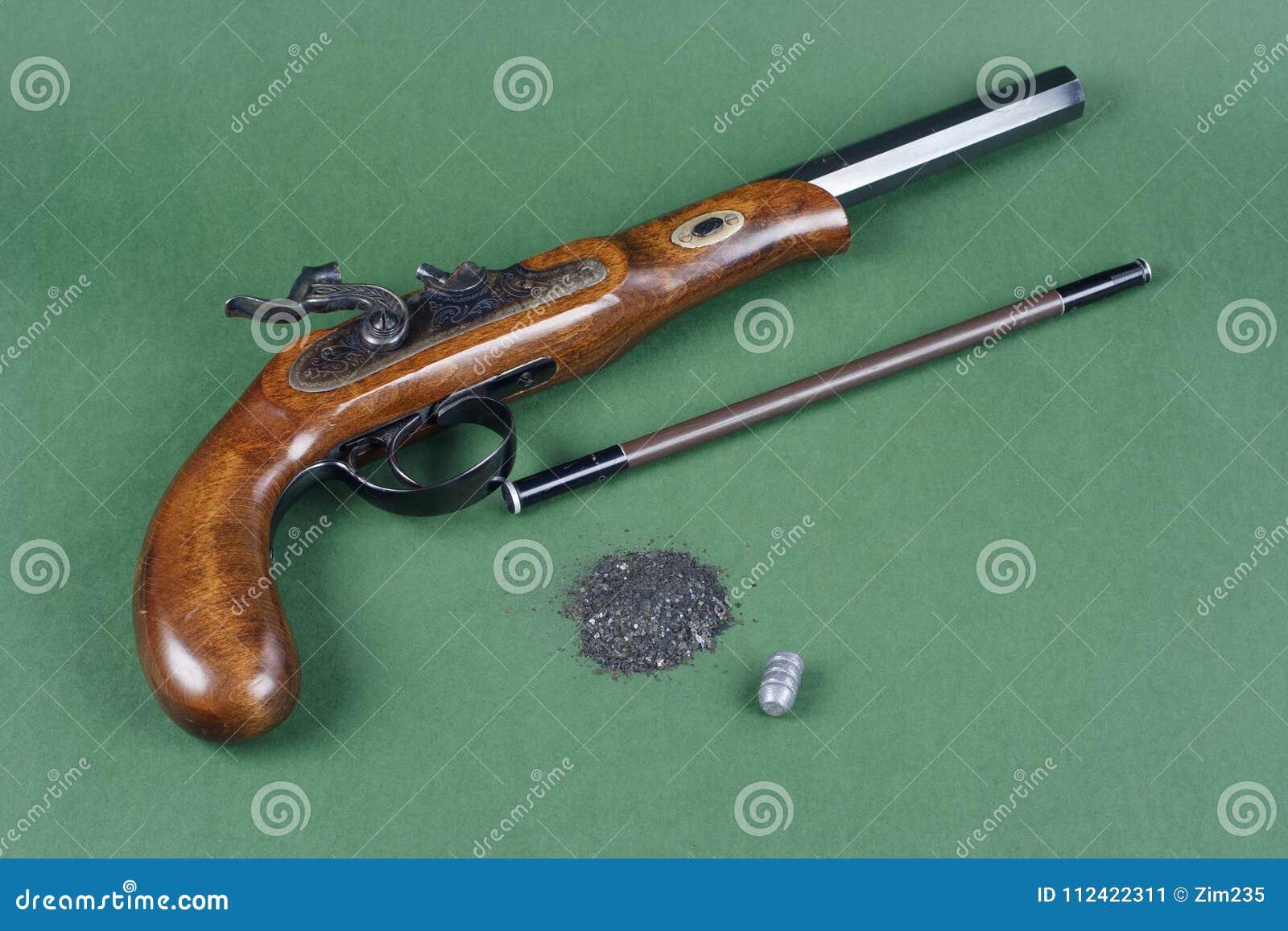 El Aventurero Fijó - La Pistola Con Un Accesorio En Verde Imagen de ... 54d015cffb4