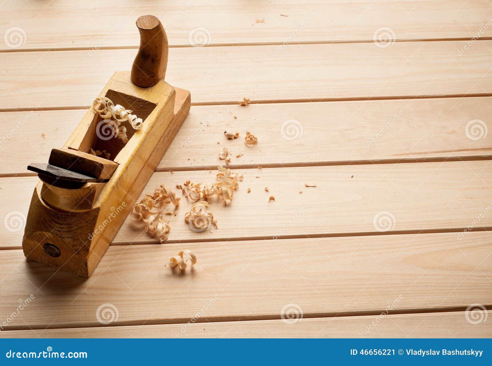 El avi n del carpintero en fondo de madera foto de archivo for Carpintero de madera