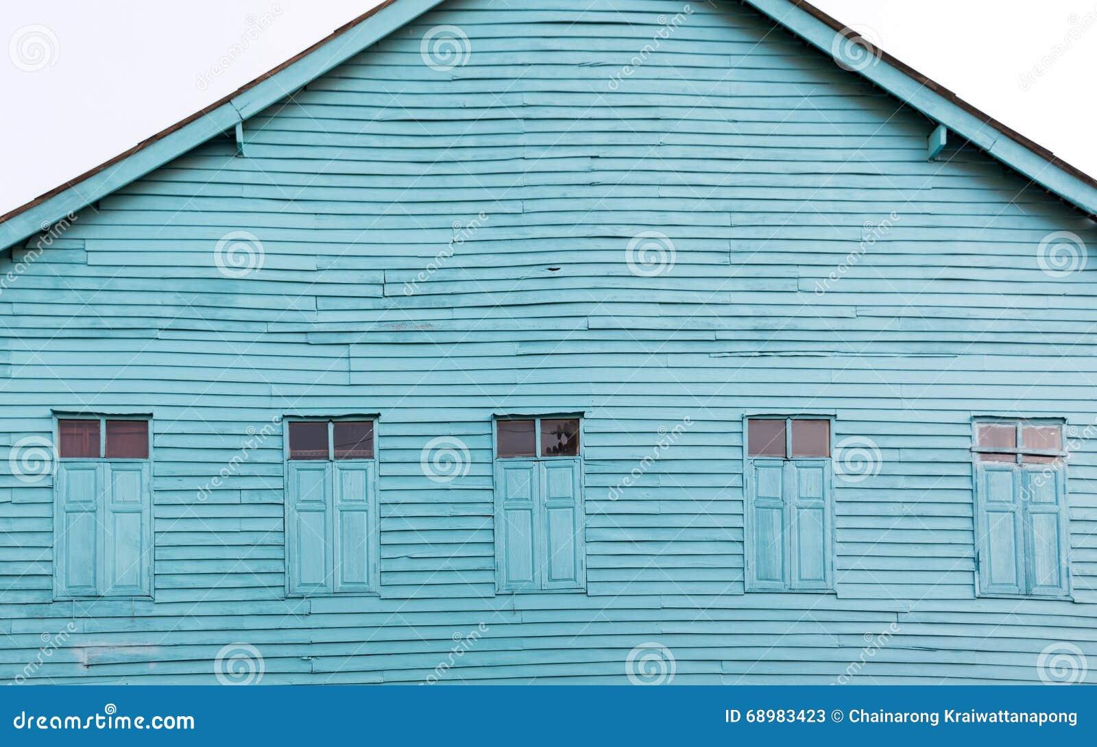 El azul brillante pintado casa de madera vieja