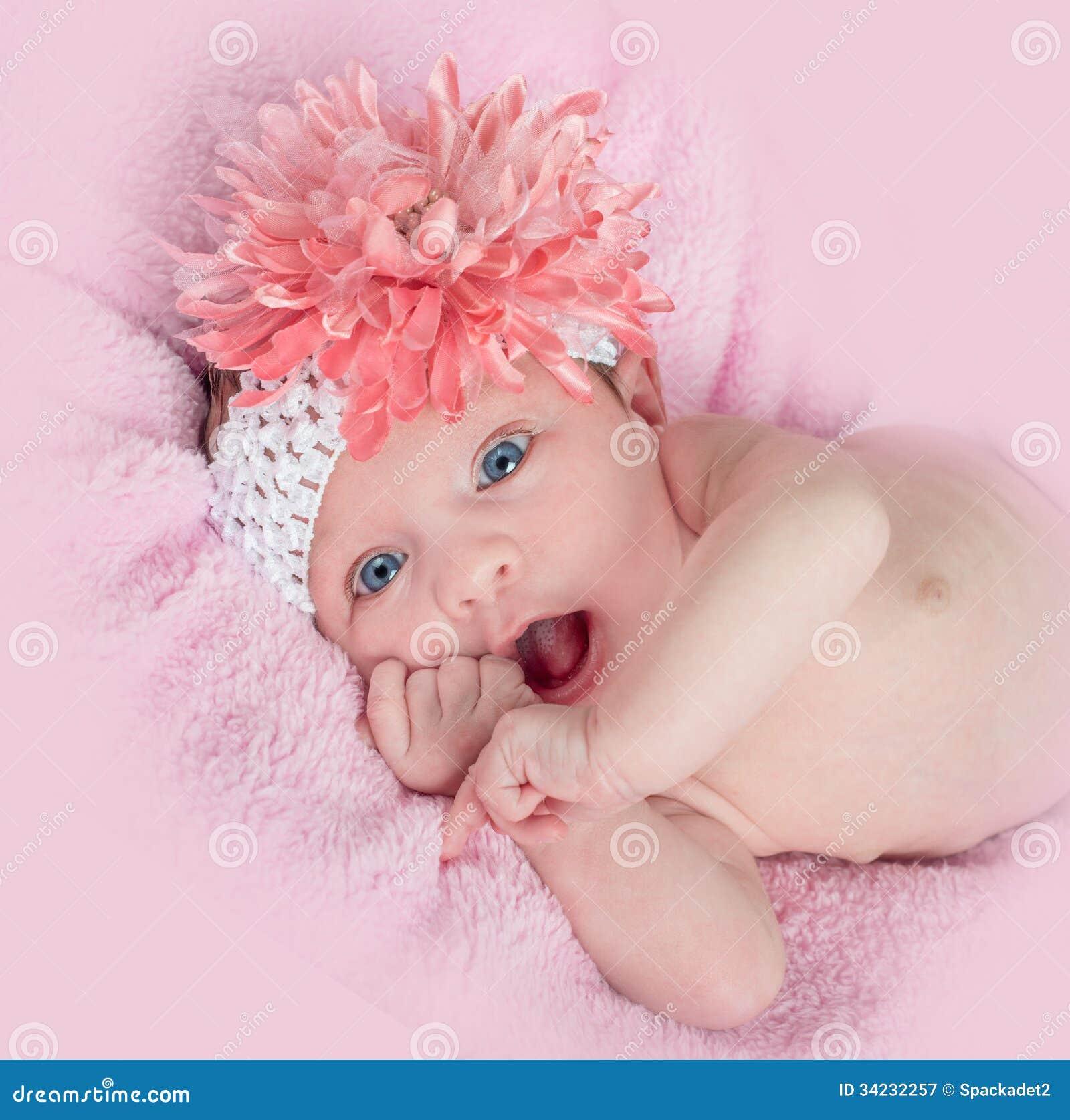 El azul feliz observó al bebé con una venda y una flor