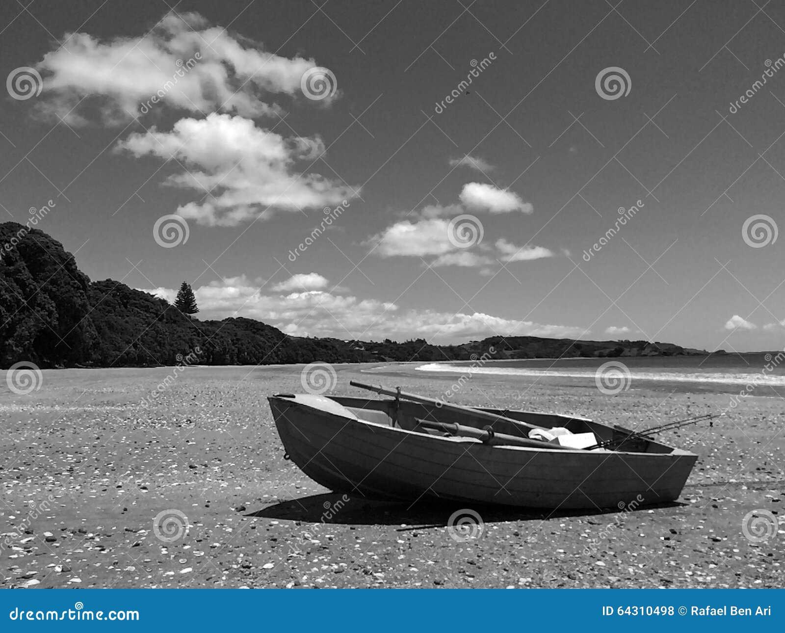 El barco de pesca en una playa arenosa durante vacaciones de verano vacation