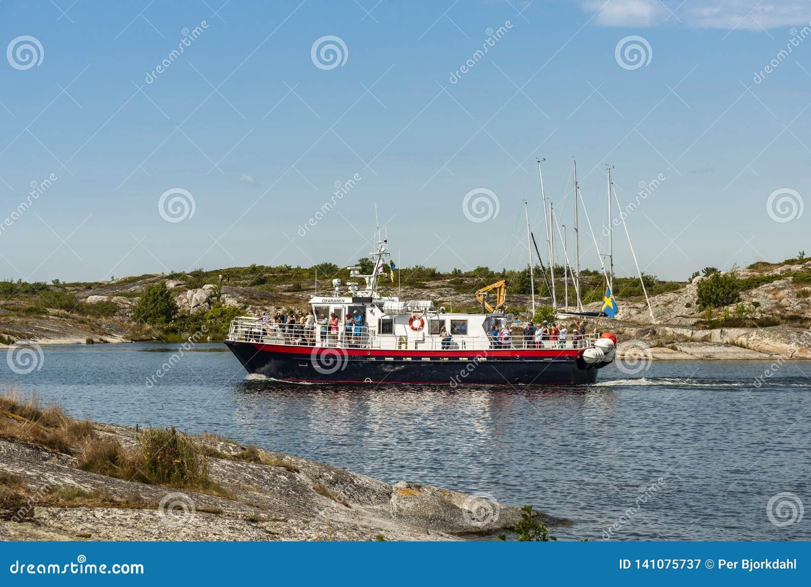 El barco del viaje llega archipiélago de Huvudskär Estocolmo