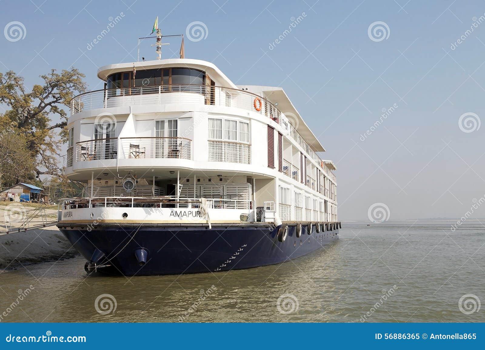 El barco para el río cruza en el río Myanmar de Irrawaddy