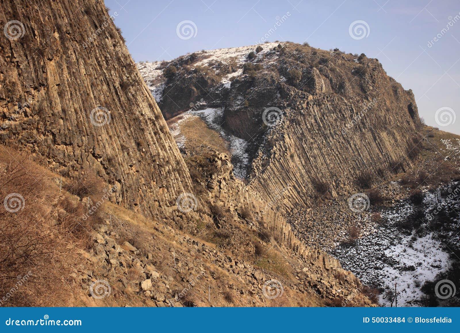 El barranco del río de Azat y sinfonía de piedras cerca de Garni en invierno