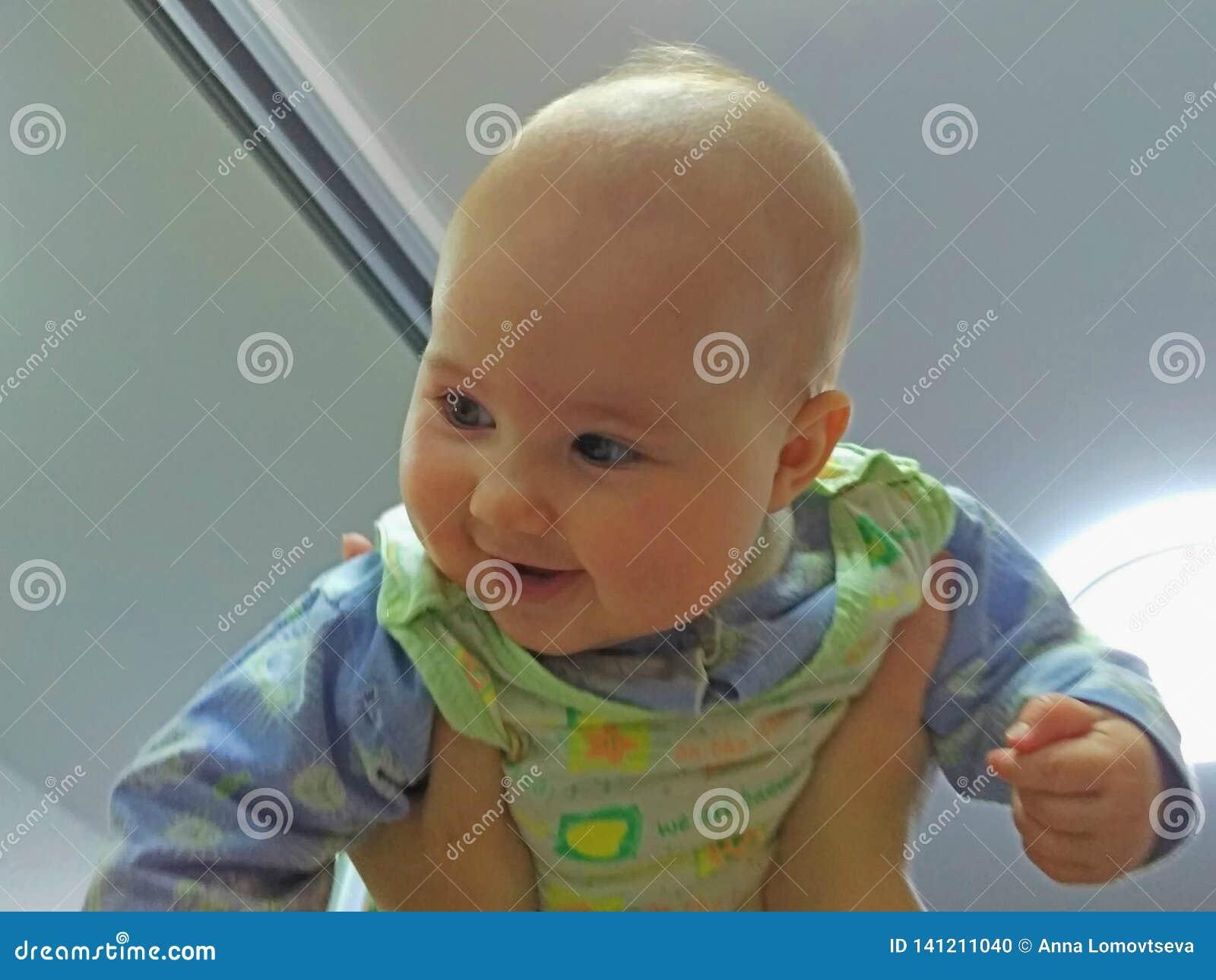 El bebé bajo techo