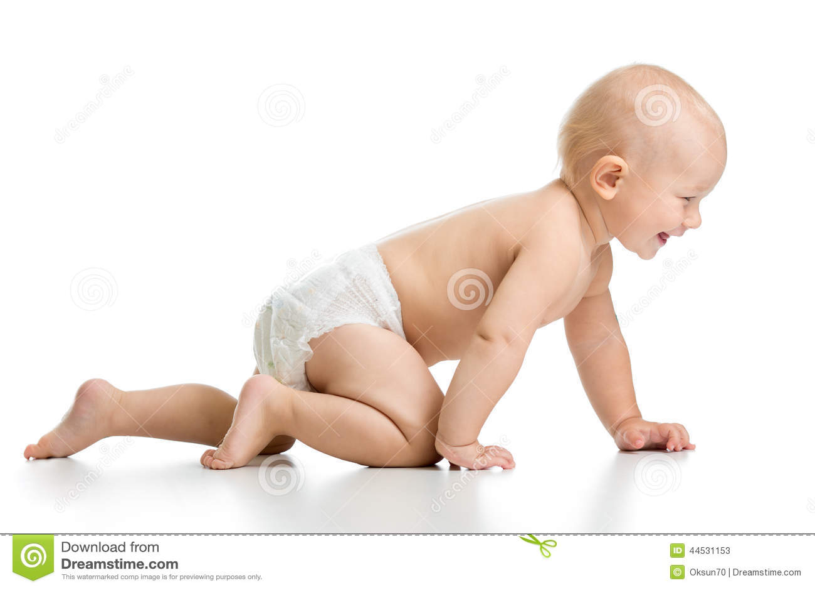 El bebé divertido va abajo en todos los fours