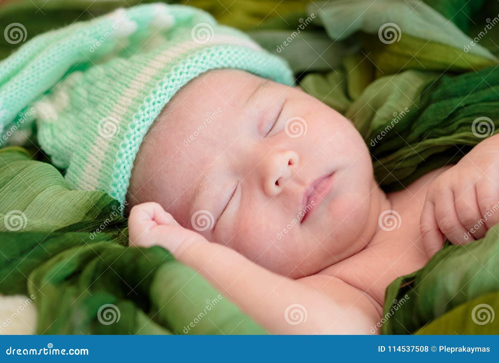 El bebé recién nacido está durmiendo