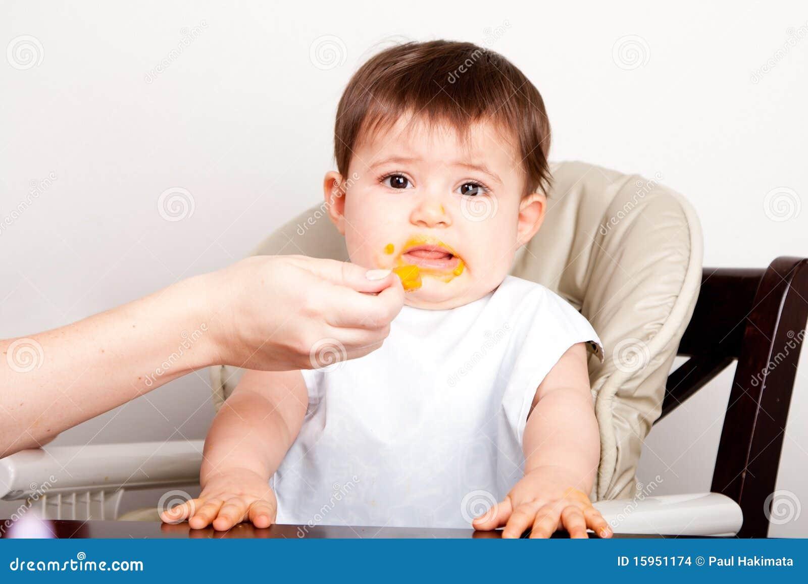 El bebé tiene aversión el alimento que expresa repugnancia