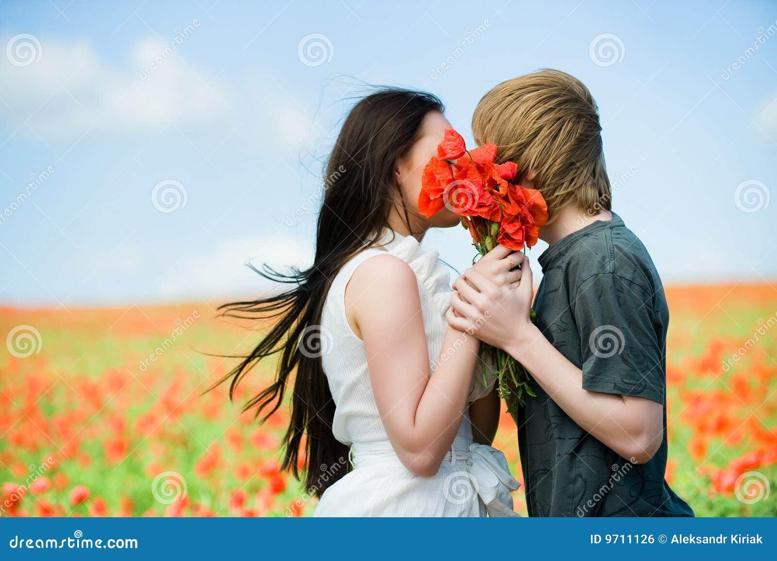 El besarse encantador de los pares
