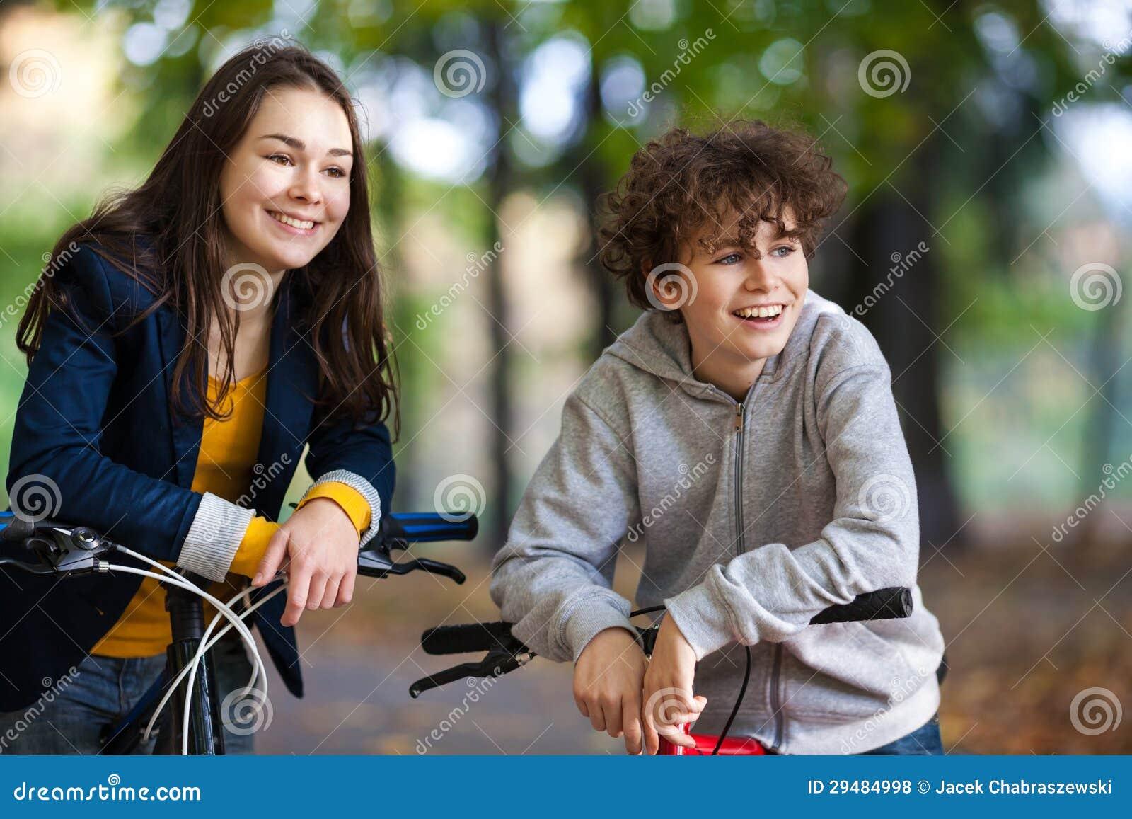 El biking activo joven de la gente