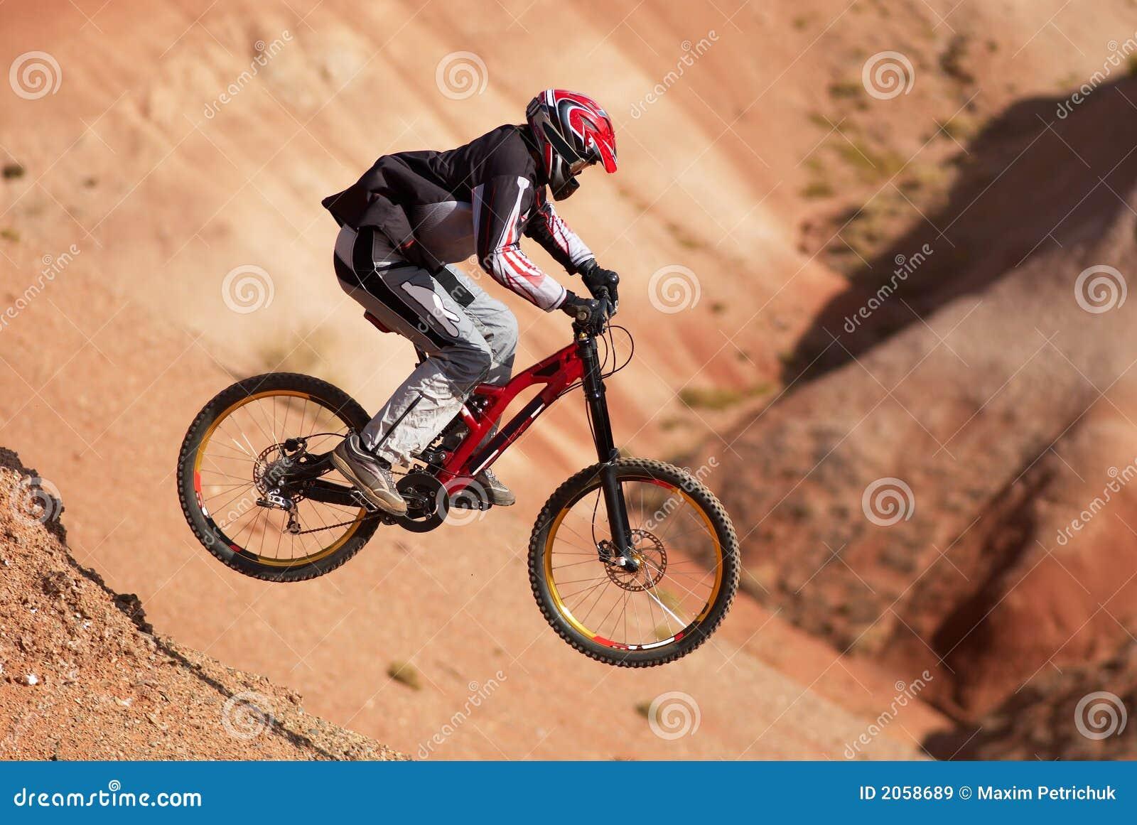 El biking extremo de la montaña