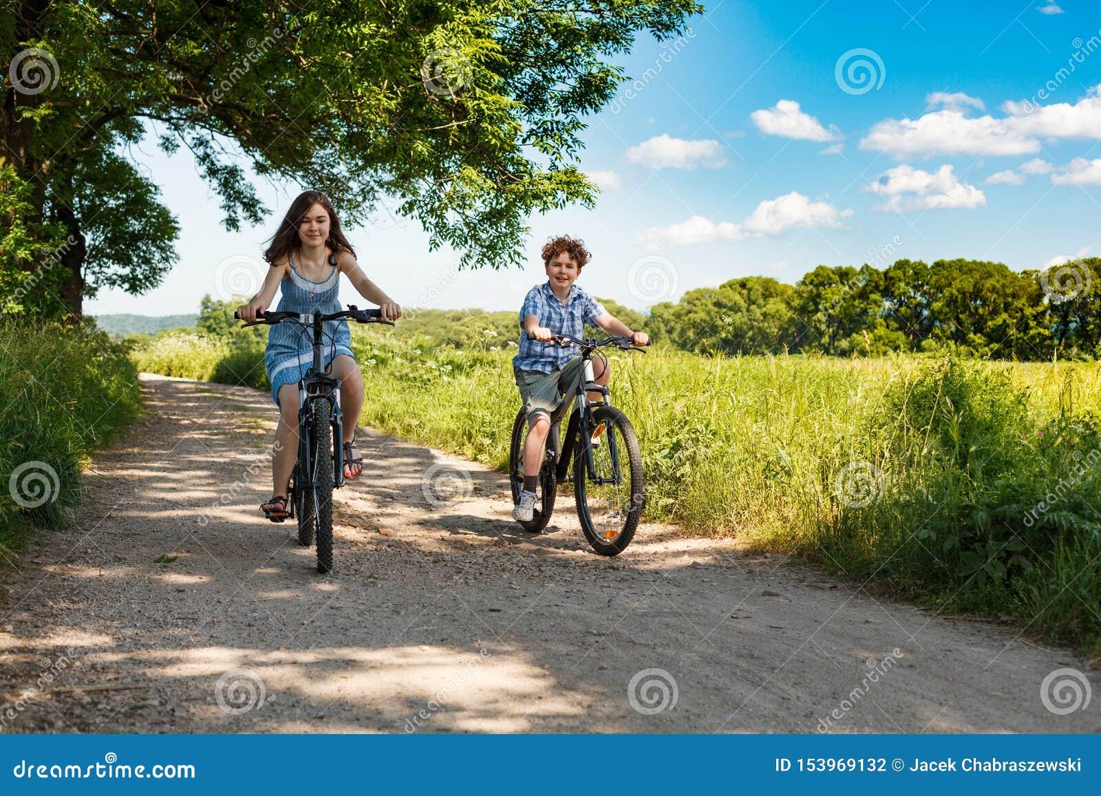 El biking urbano - niños que montan las bicis