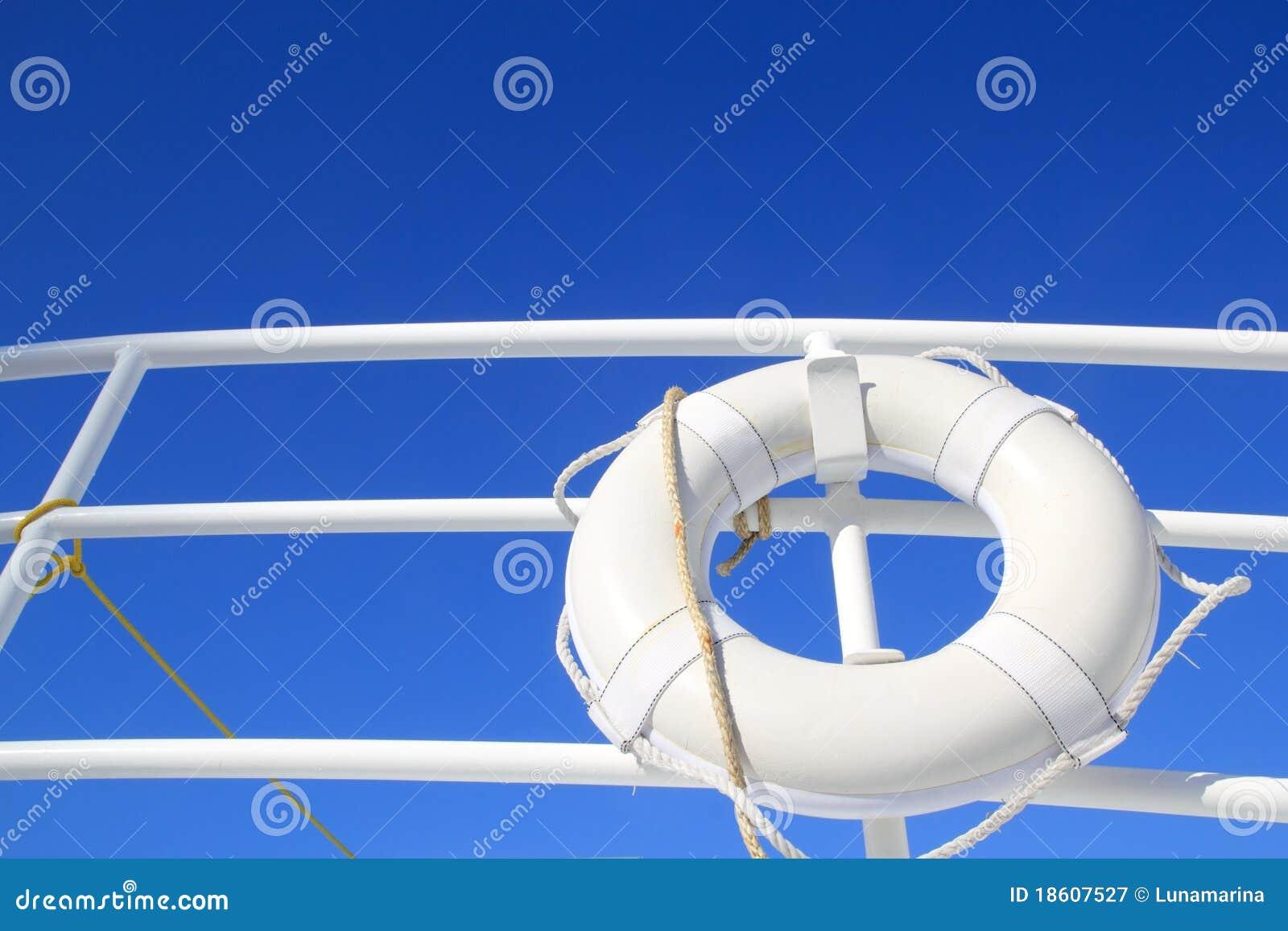 El blanco de la boya del barco colgó en cielo azul del verano del pasamano