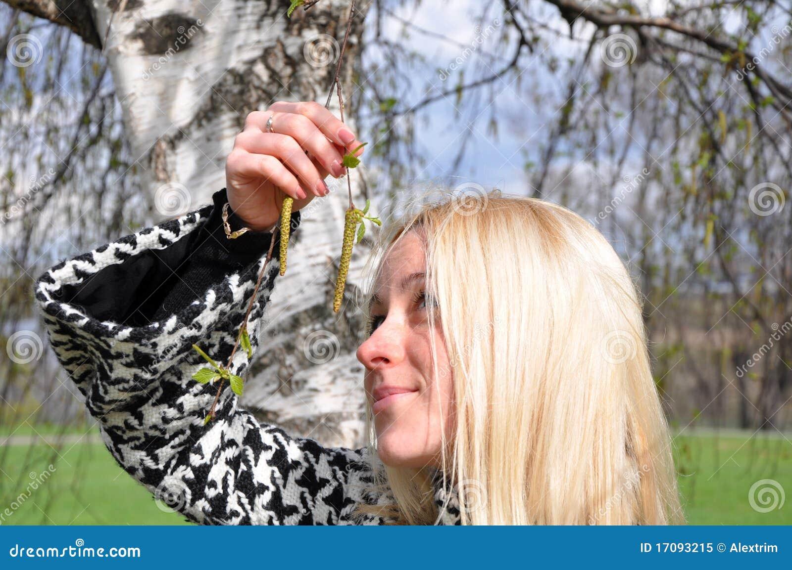 El blonde estudia los anillos de oído del abedul