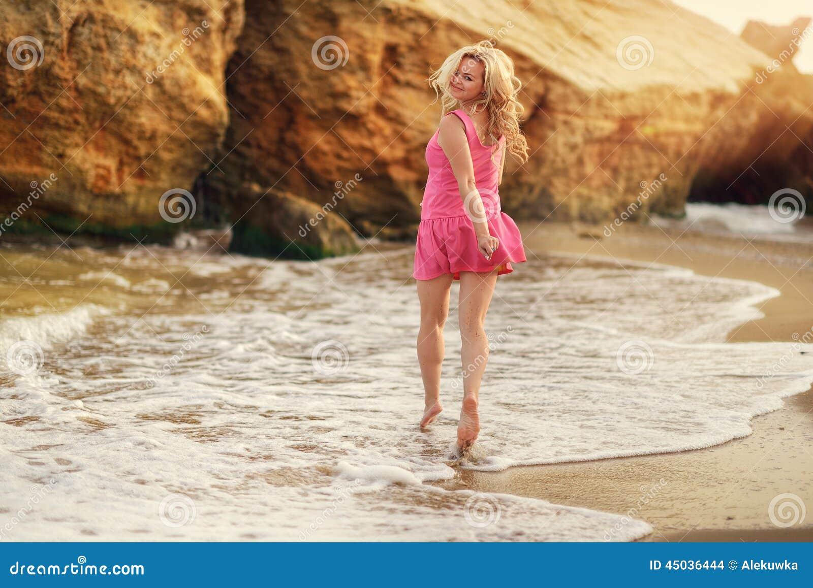 El blonde hermoso en el mar