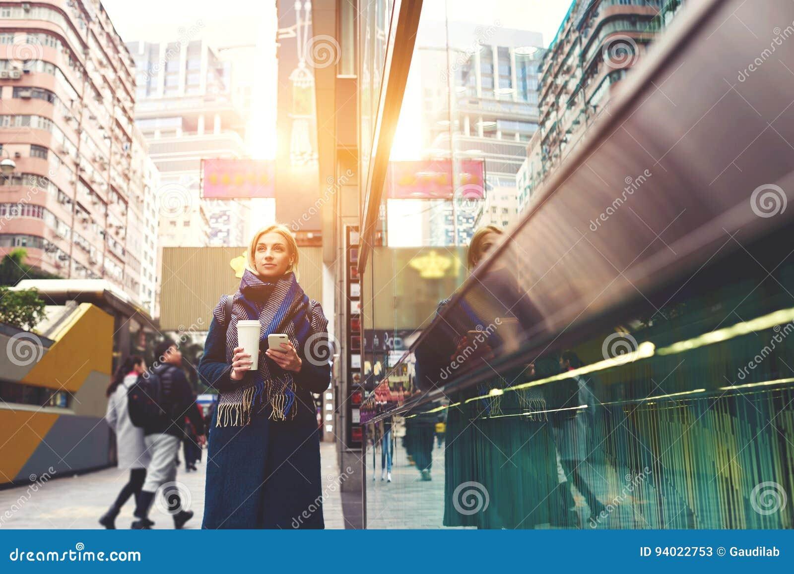 El blonde hermoso joven está viajando por el trabajo usando navegador y Internet rápido 4G en la itinerancia fascinada por los ed