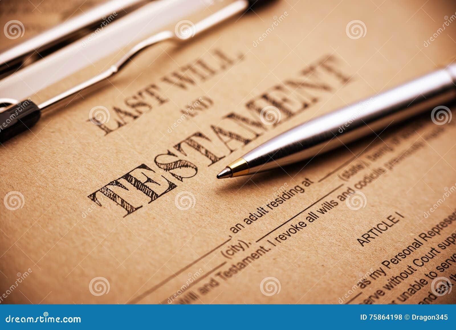 El bolígrafo azul y un último y testamento en un tablero de clip