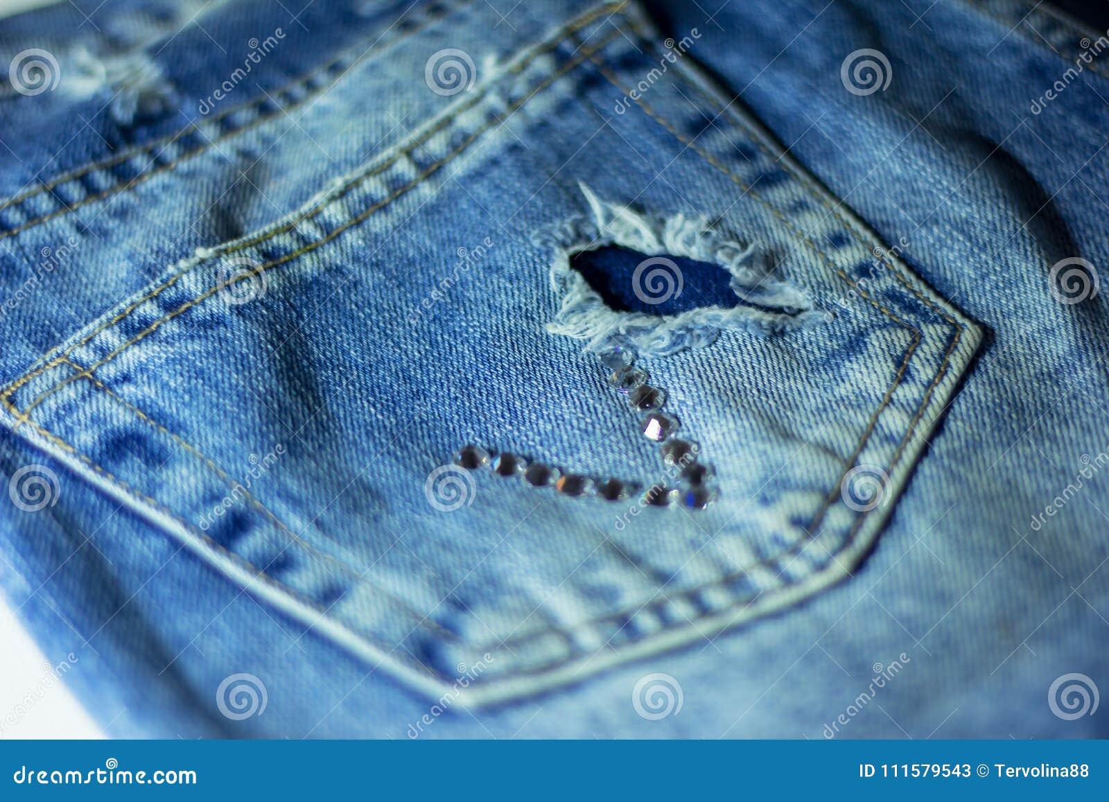 El bolsillo trasero de mis vaqueros con los strass del applique
