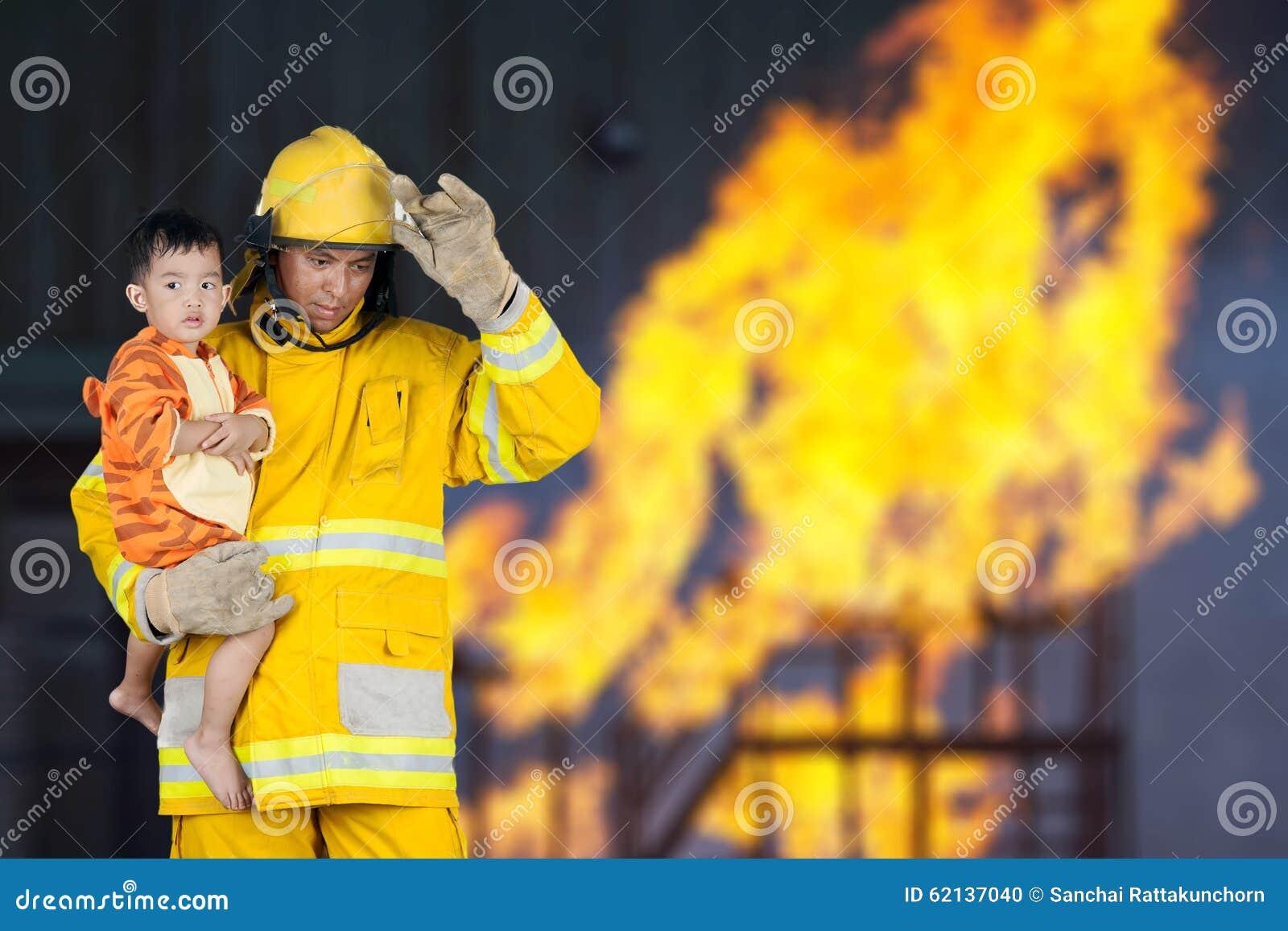 El bombero rescató al niño del fuego