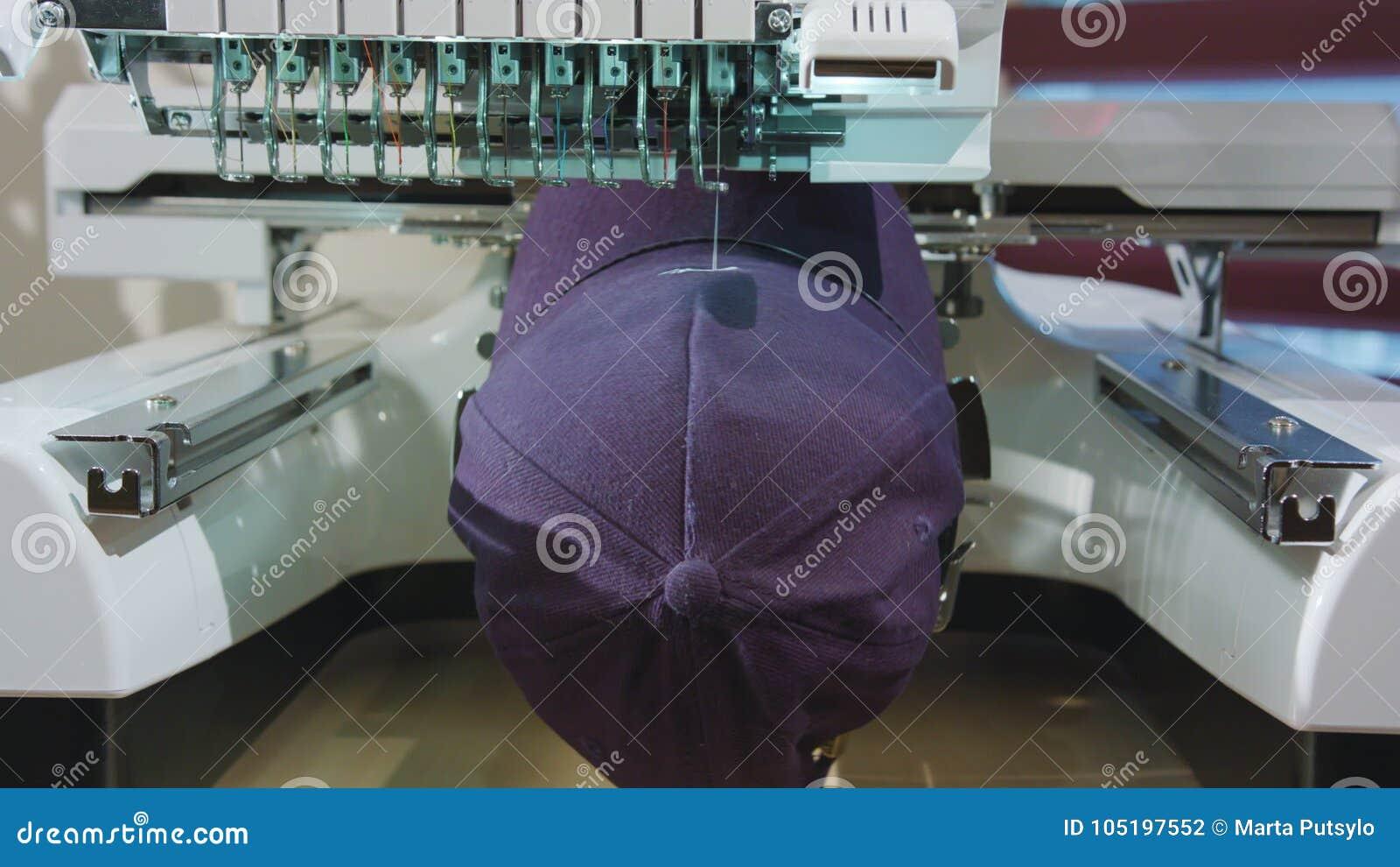 El bordado trata el logotipo en el casquillo