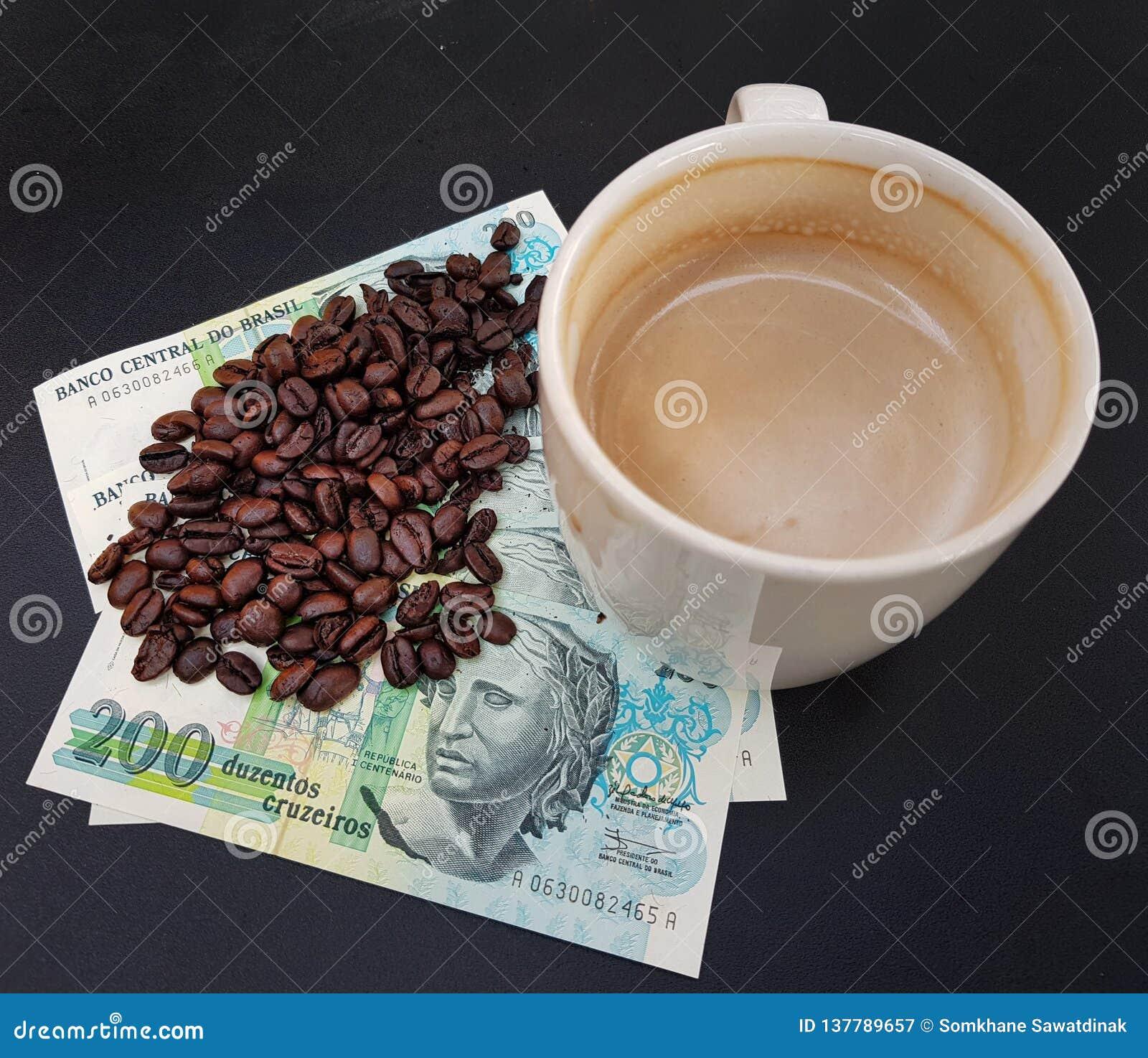 El Brasil asó los granos de café colocados en billetes de banco