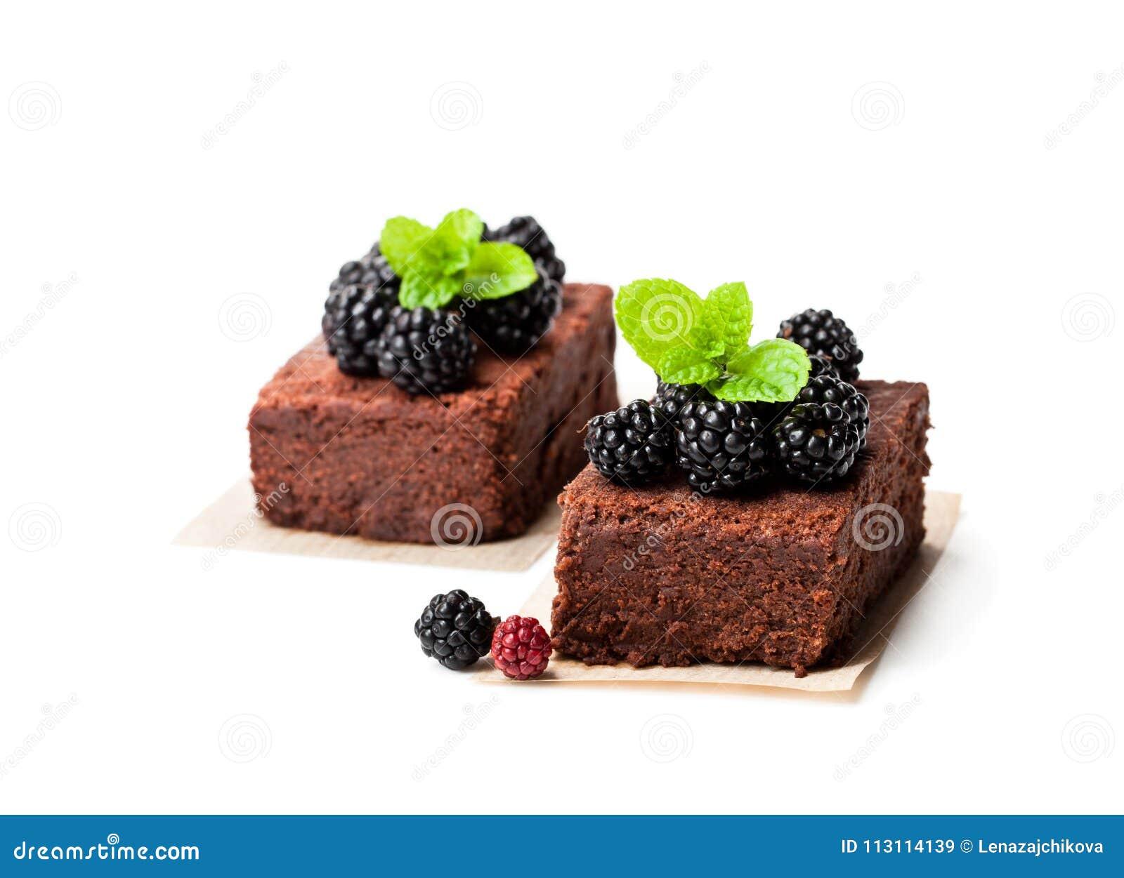 El brownie del chocolate junta las piezas con las zarzamoras aisladas en blanco