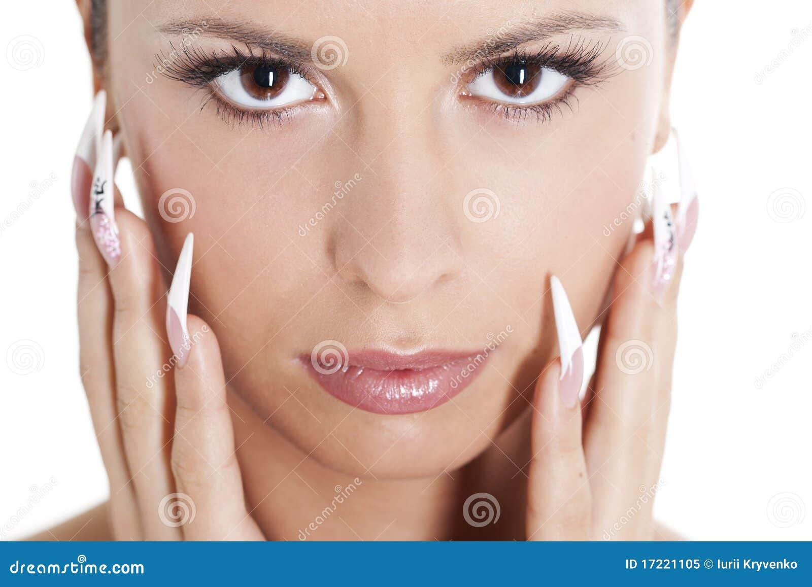 El Brunette con natural compone y manicure