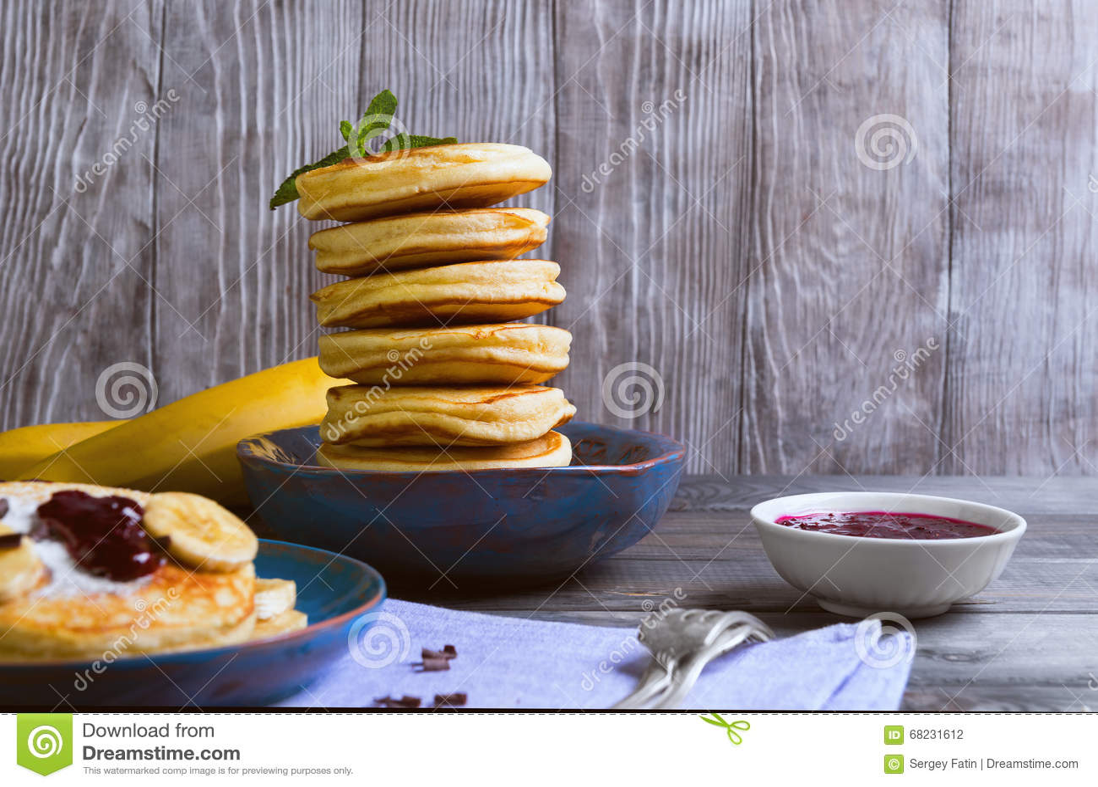 El buñuelo hermoso del plátano de los frieds del desayuno adornó los añadidos