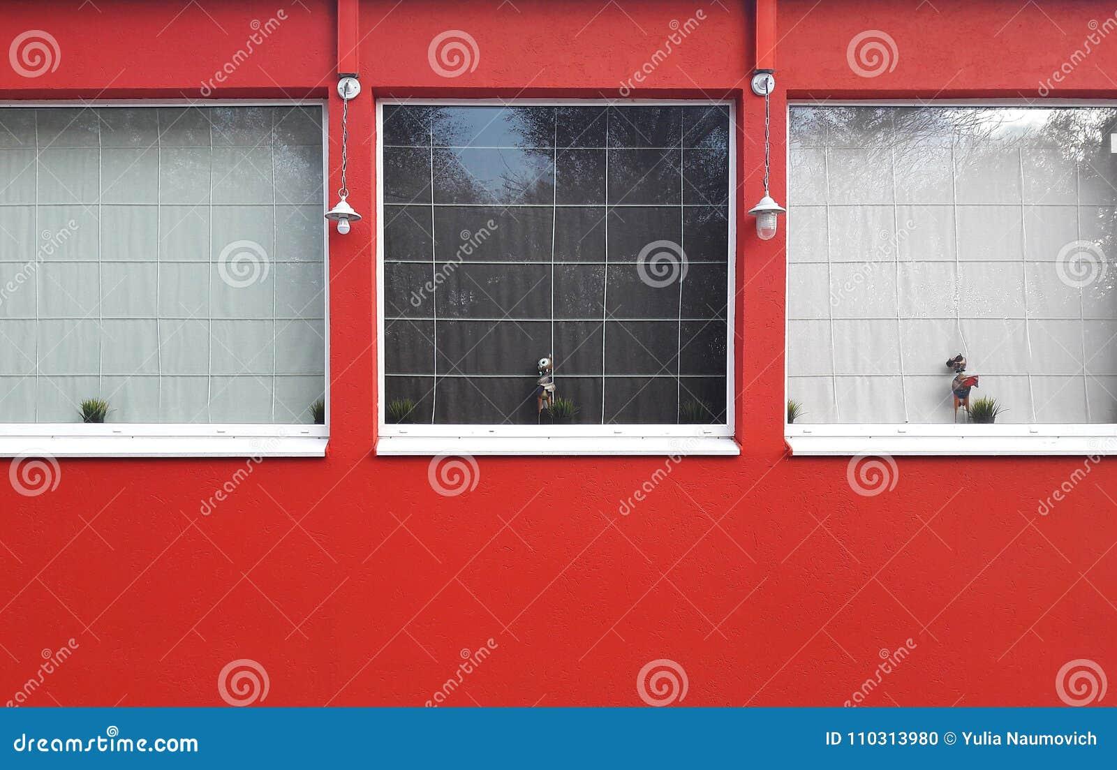 El bulding rojo con las ventanas cuadradas exteriores