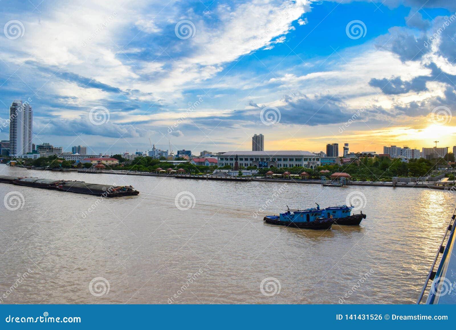 El buque de carga es una de las cosas vistas en Chao Phraya River que está adyacente a la capital, Bangkok