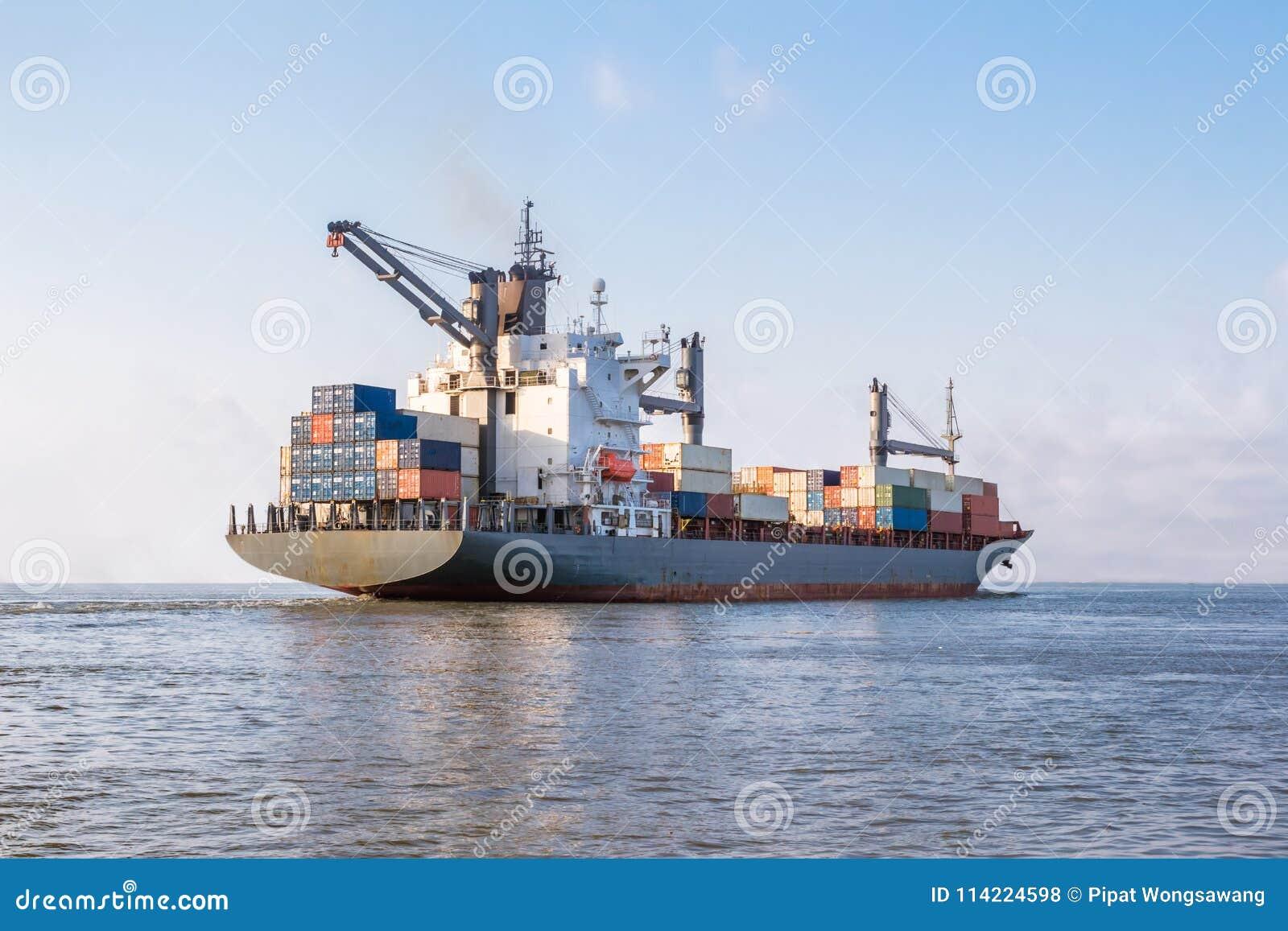El buque de carga está navegando al mar para transportar el cargo en envases Logística y transporte del international