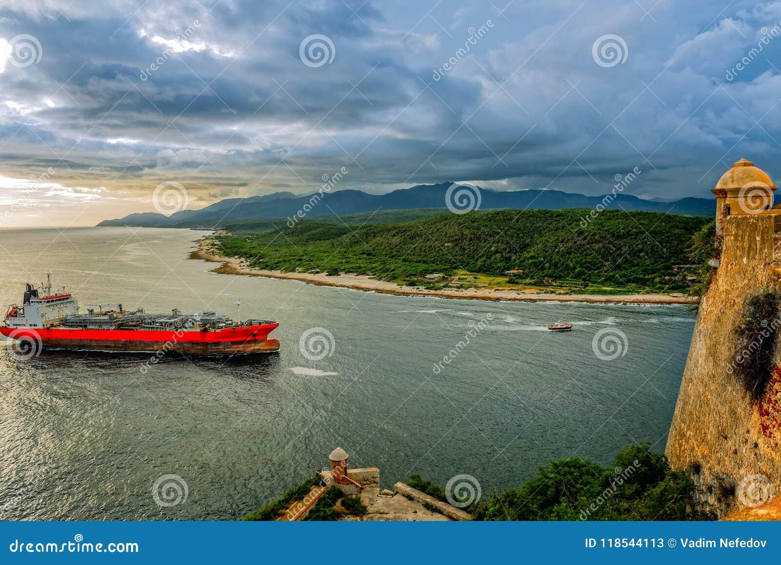El buque de petróleo pasa las paredes y la torre del fuerte del roca de San Pedro de La,