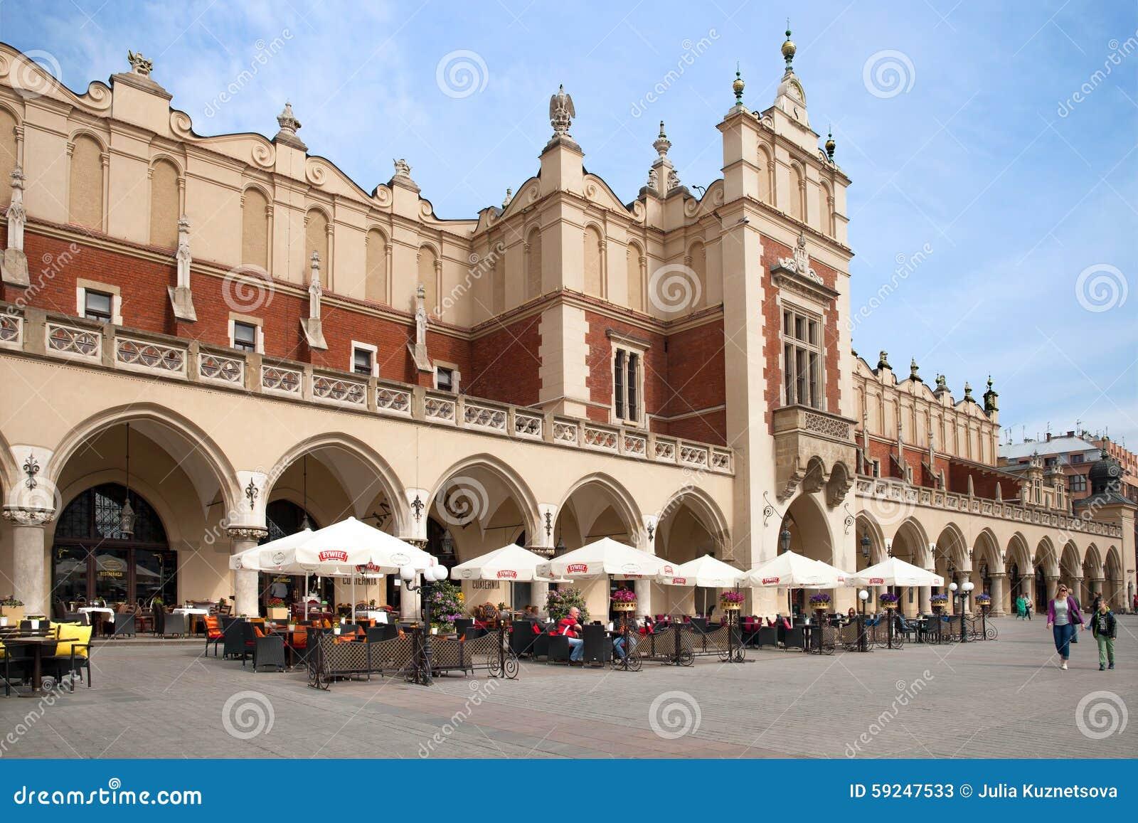 El café de la calle en el paño Pasillo de Kraków en la plaza del mercado principal