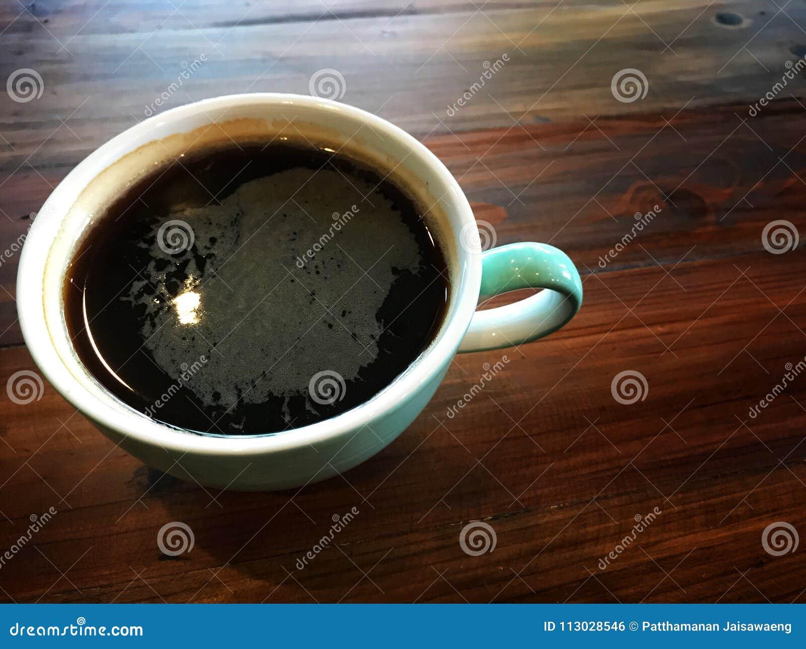 El café sólo despierta me, el café sólo en la taza blanca y verde