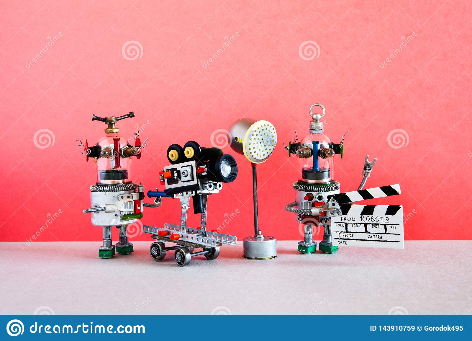 El cameraman del robot y el ayudante divertidos del clapperboard tira comedia dramática con los elementos de una película de terr