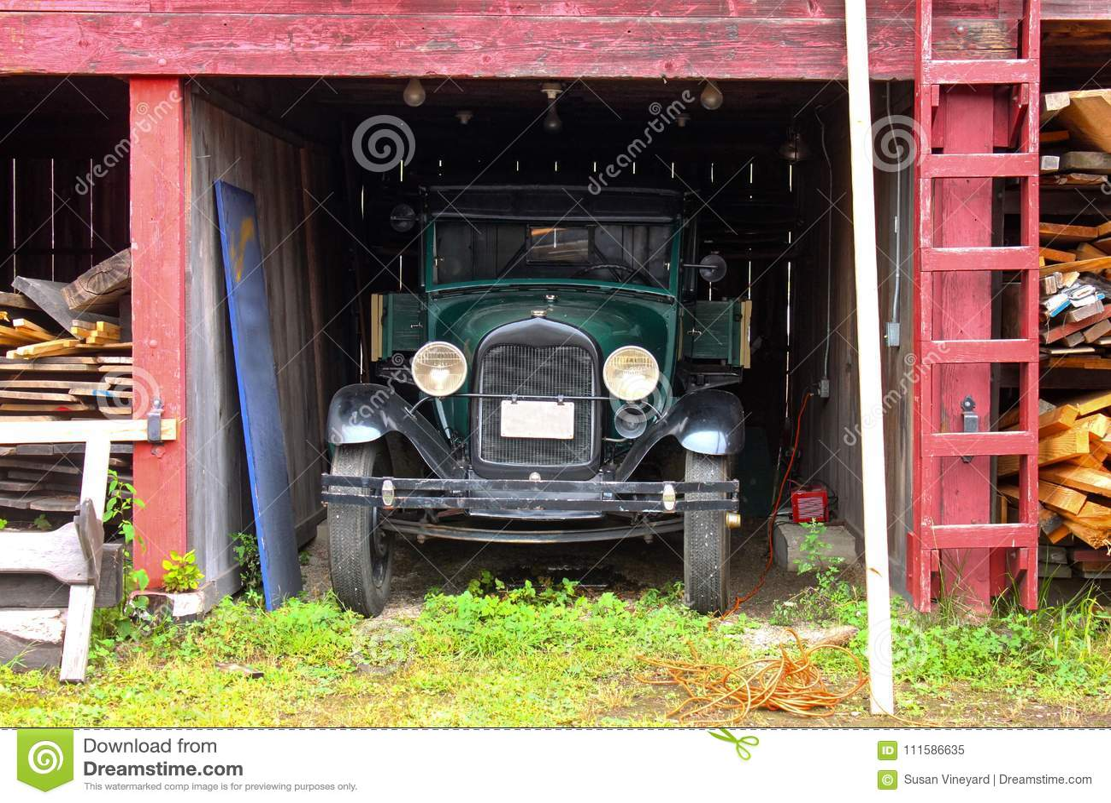 El camión antiguo parqueó en la vieja yarda de madera de construcción Connecticut místico los E.E.U.U. circa mayo de 2011
