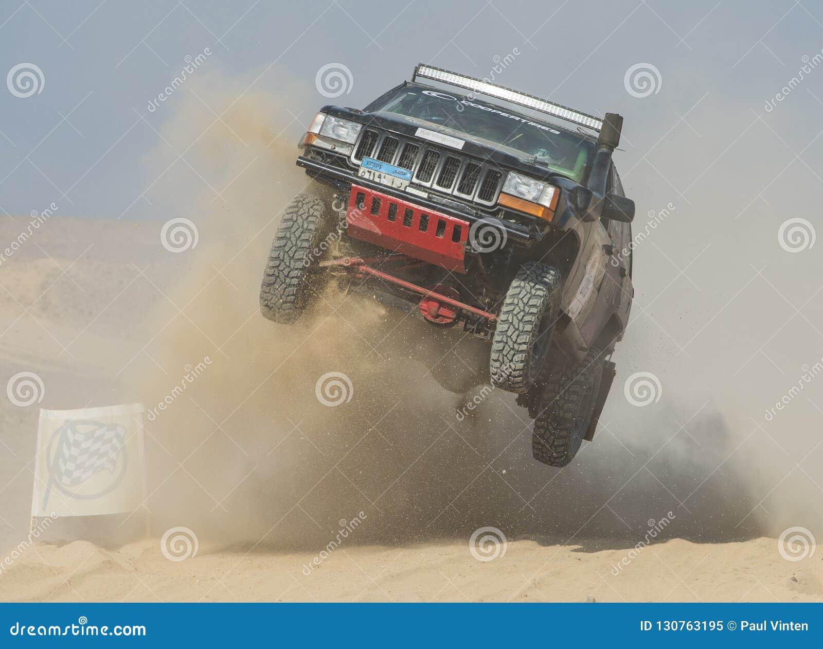 El camión campo a través que compite en los deportes extremos abandona la reunión