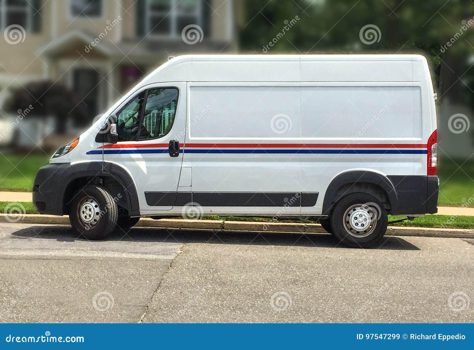 El camión de reparto estándar hace una entrega para dirigirse