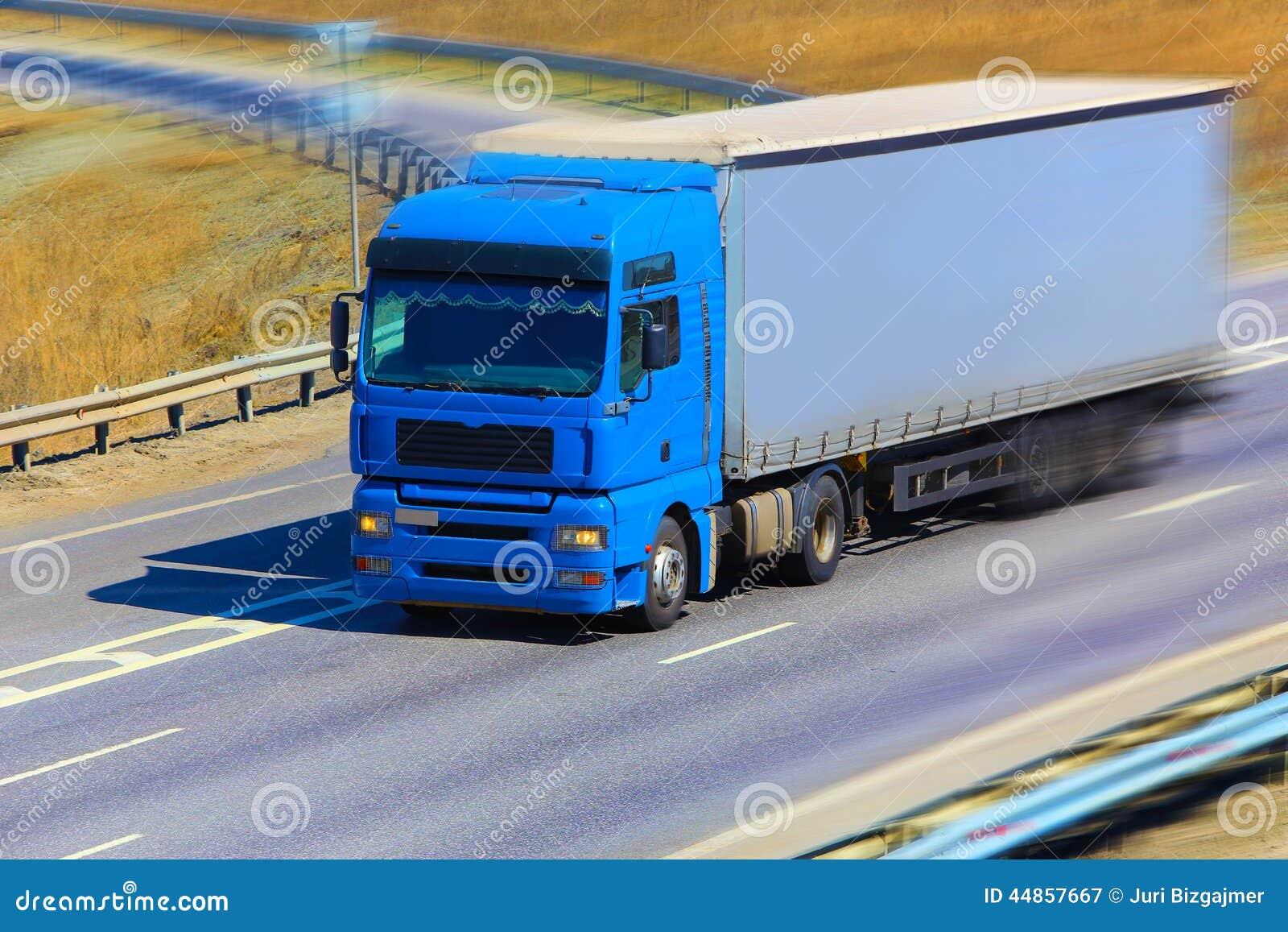 El camión se mueve en la carretera